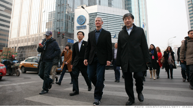 Tim Cook and China Mobile chairman Xi Guohua (right)