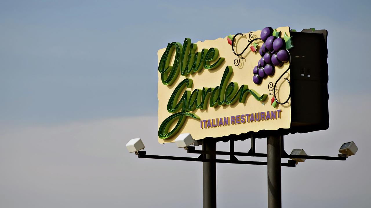 Olive garden defends unlimited breadsticks salad strategy - Calories in olive garden breadstick ...