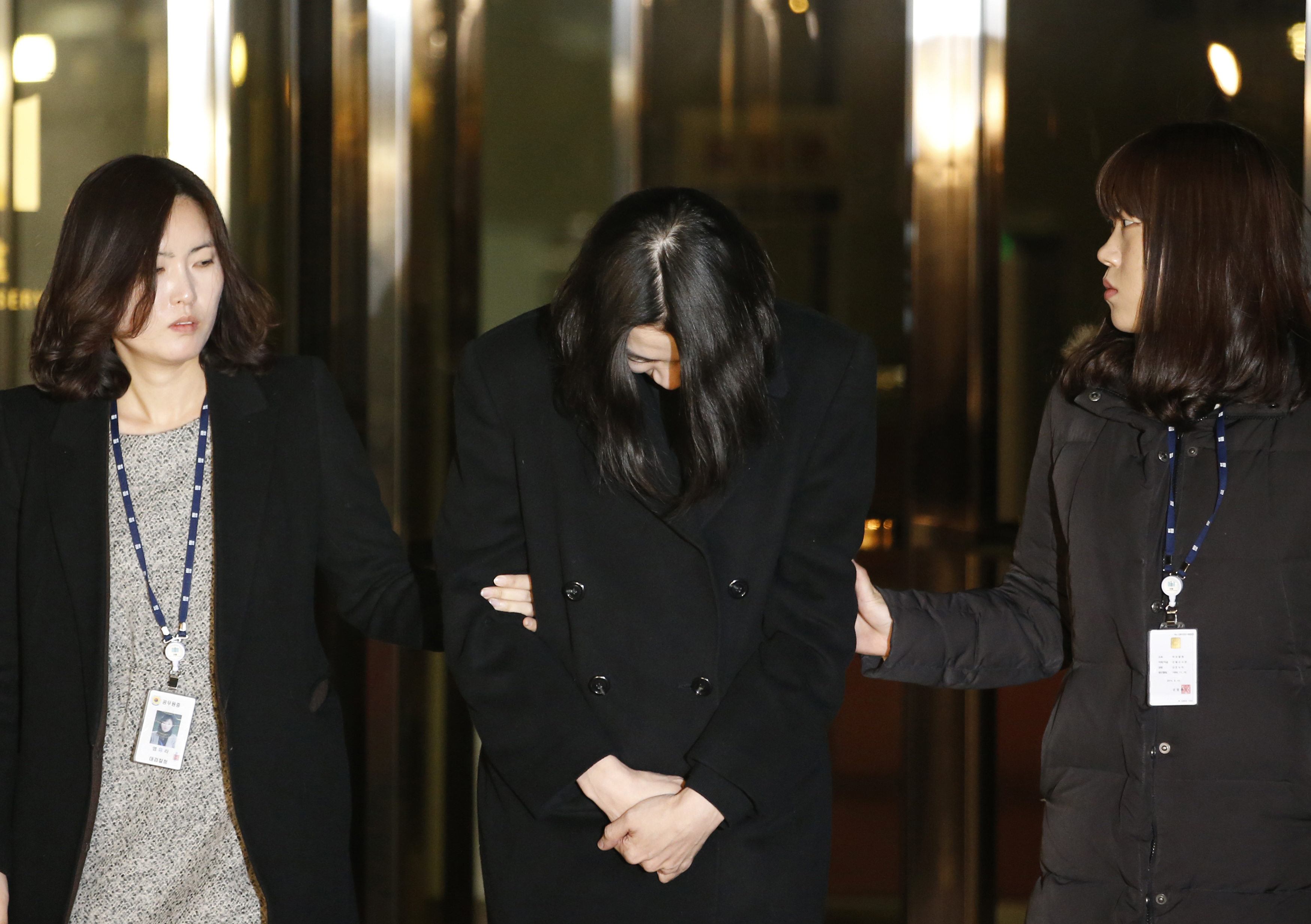 Heather Cho leaves for a detention facility after a court ordered her to be detained, at the Seoul Western District Prosecutor?s office