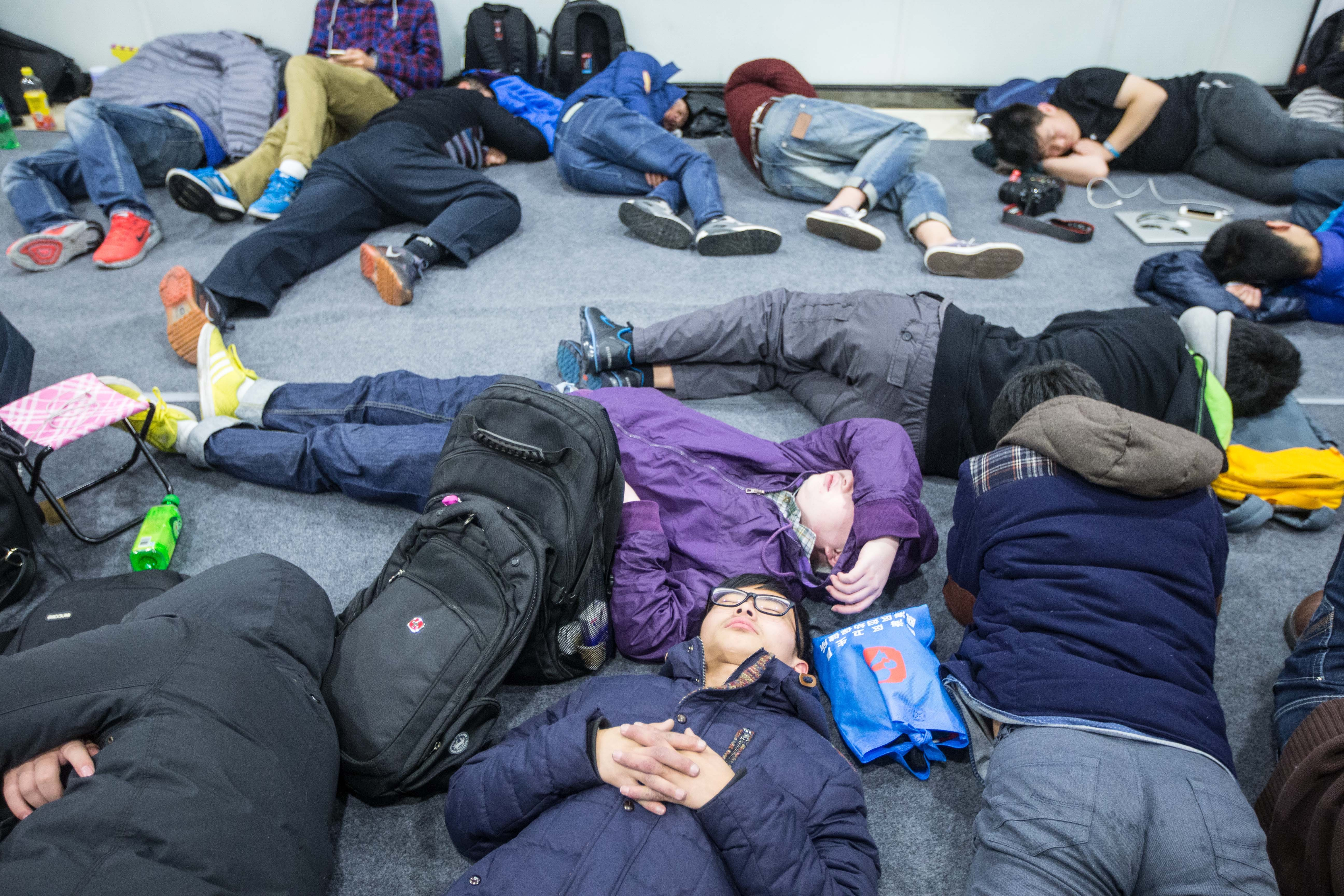 Apple Fans Wait For The Largest Apple Store In Asia To Open In Hangzhou