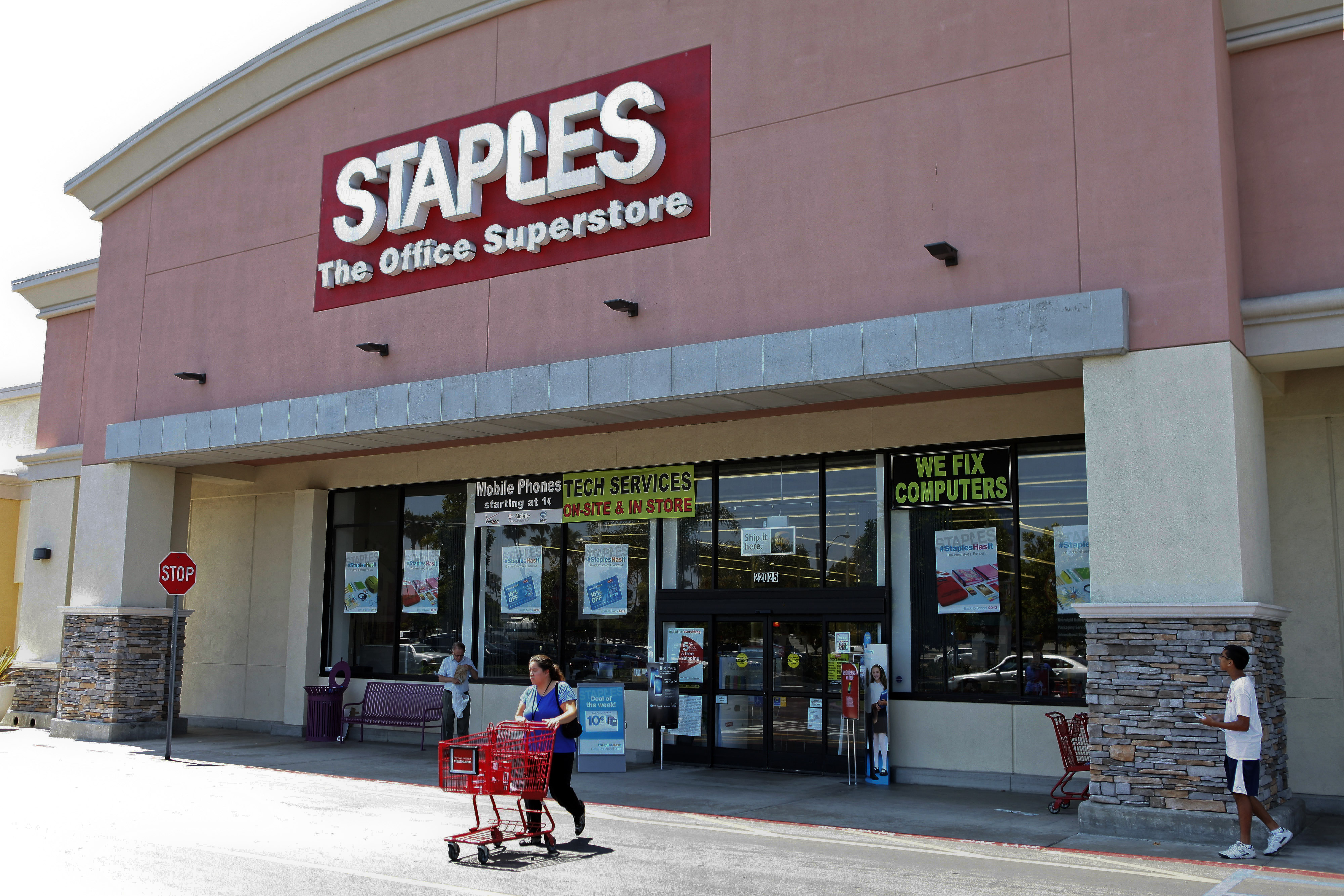 Staples Plunges Most in a Year After Cutting Profit Forecast