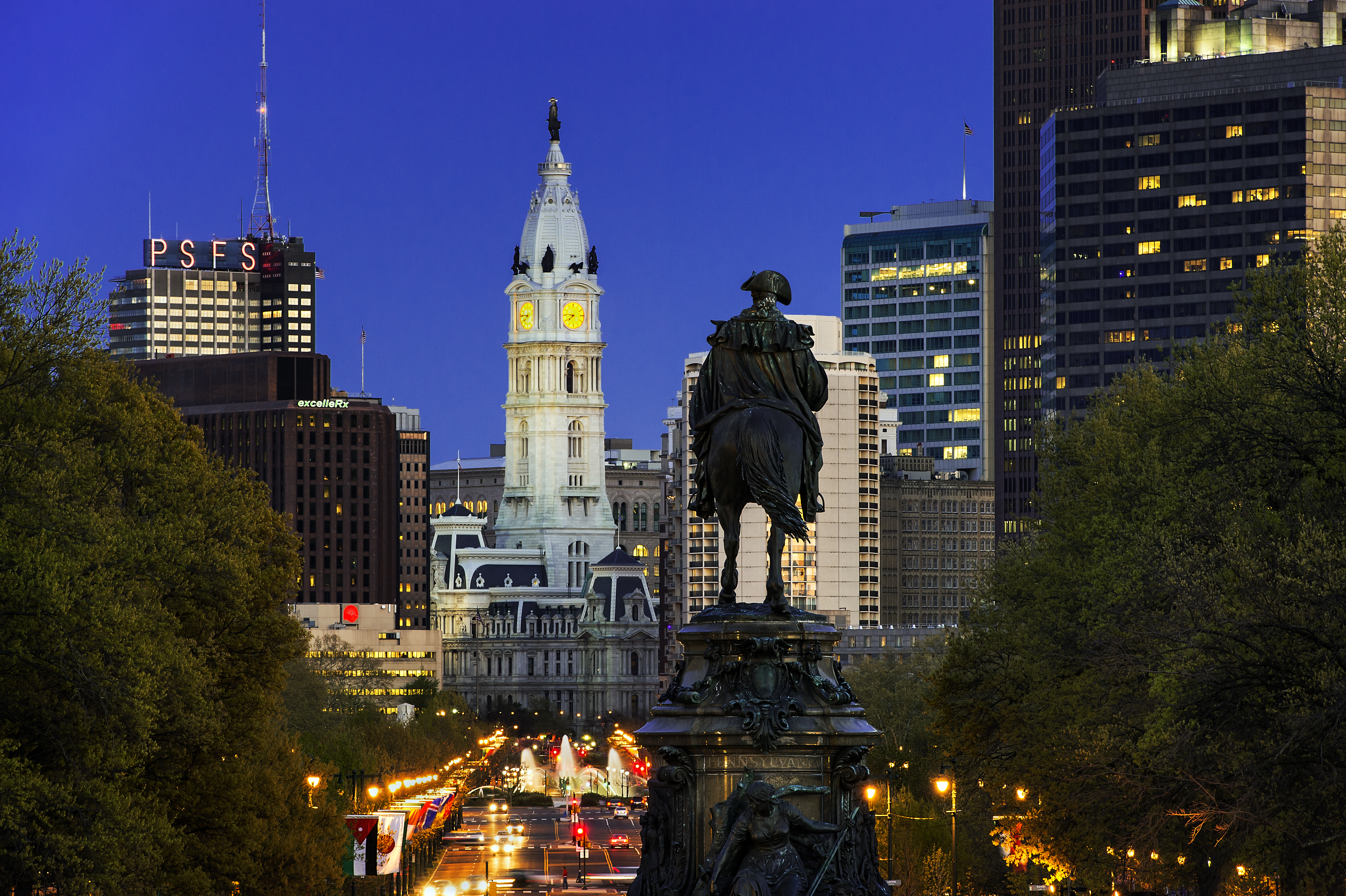 Ben Franklin Parkway and City Hall at night