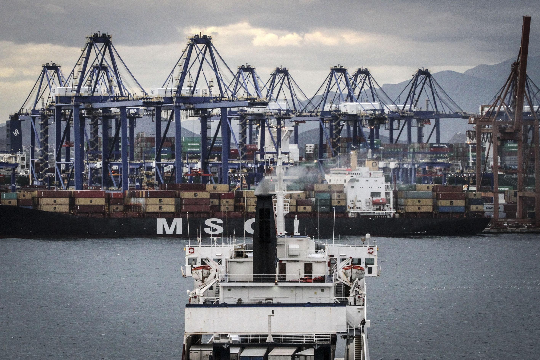 New Greek government pulls privatization of Piraeus port