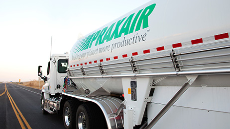 A tanker trailer in Praxair's bulk distribution fleet featuring aerodynamic skirts that reduce annual fuel usage and Praxair's carbon footprint.