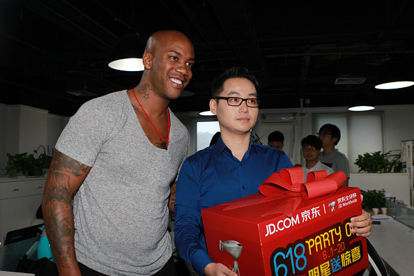 BEIJING, CHINA - JUNE 18: (CHINA OUT) Former NBA star Stephon Marbury delivers goods for customers during his attends 618 Party On anniversary activity of JD.COM on June 18, 2015 in Beijing, China. (Photo by ChinaFotoPress)***_***