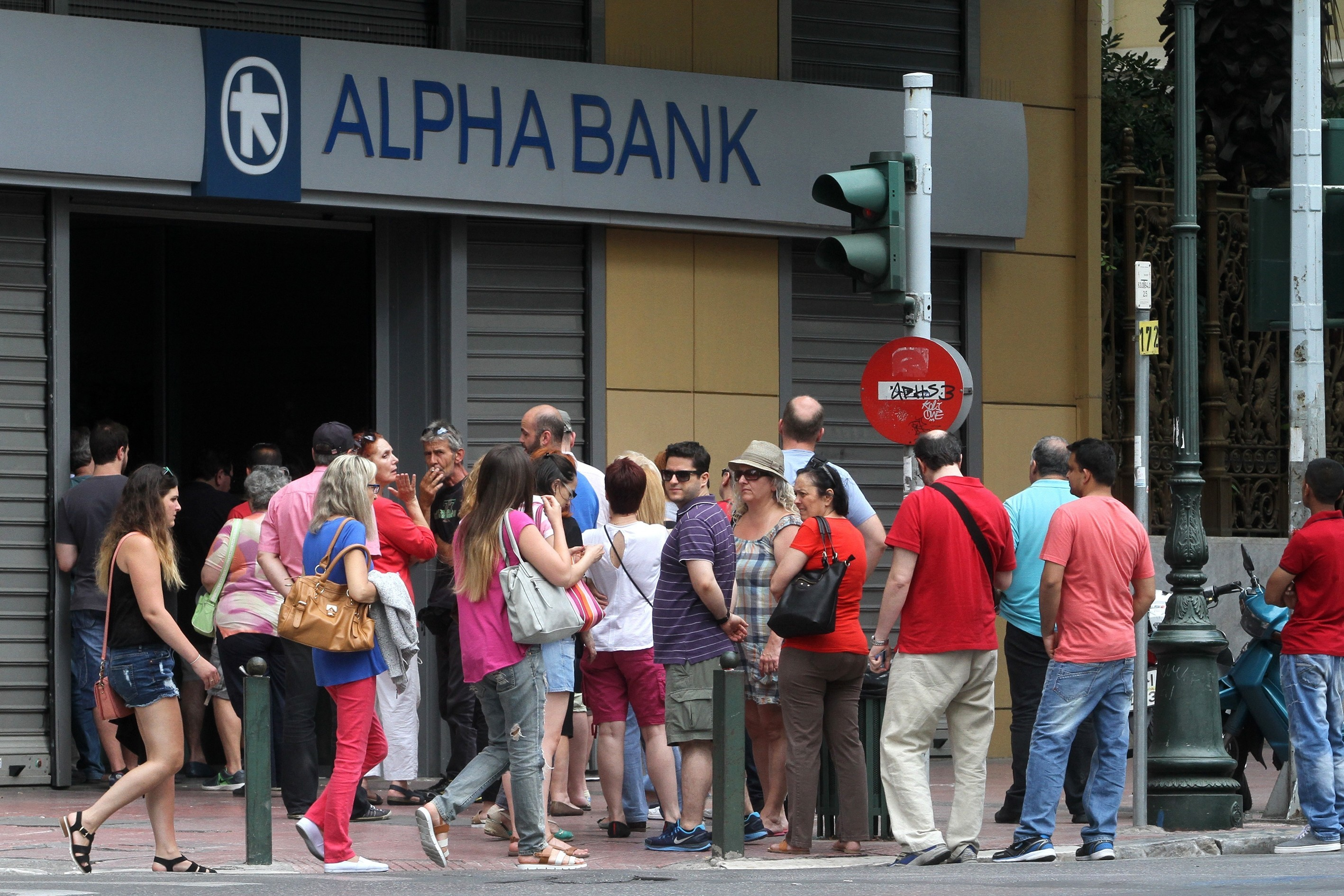 Greeks withdraw their cash from ATMs