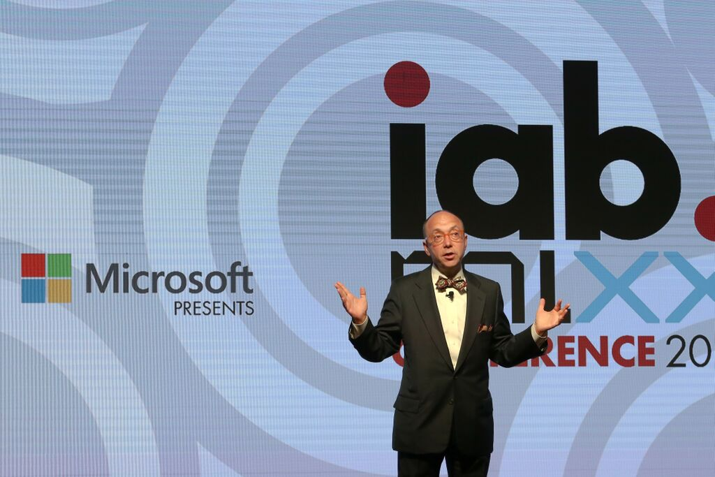 Randall Rothenberg addresses a crowd of advertising executives at IAB MIXX.