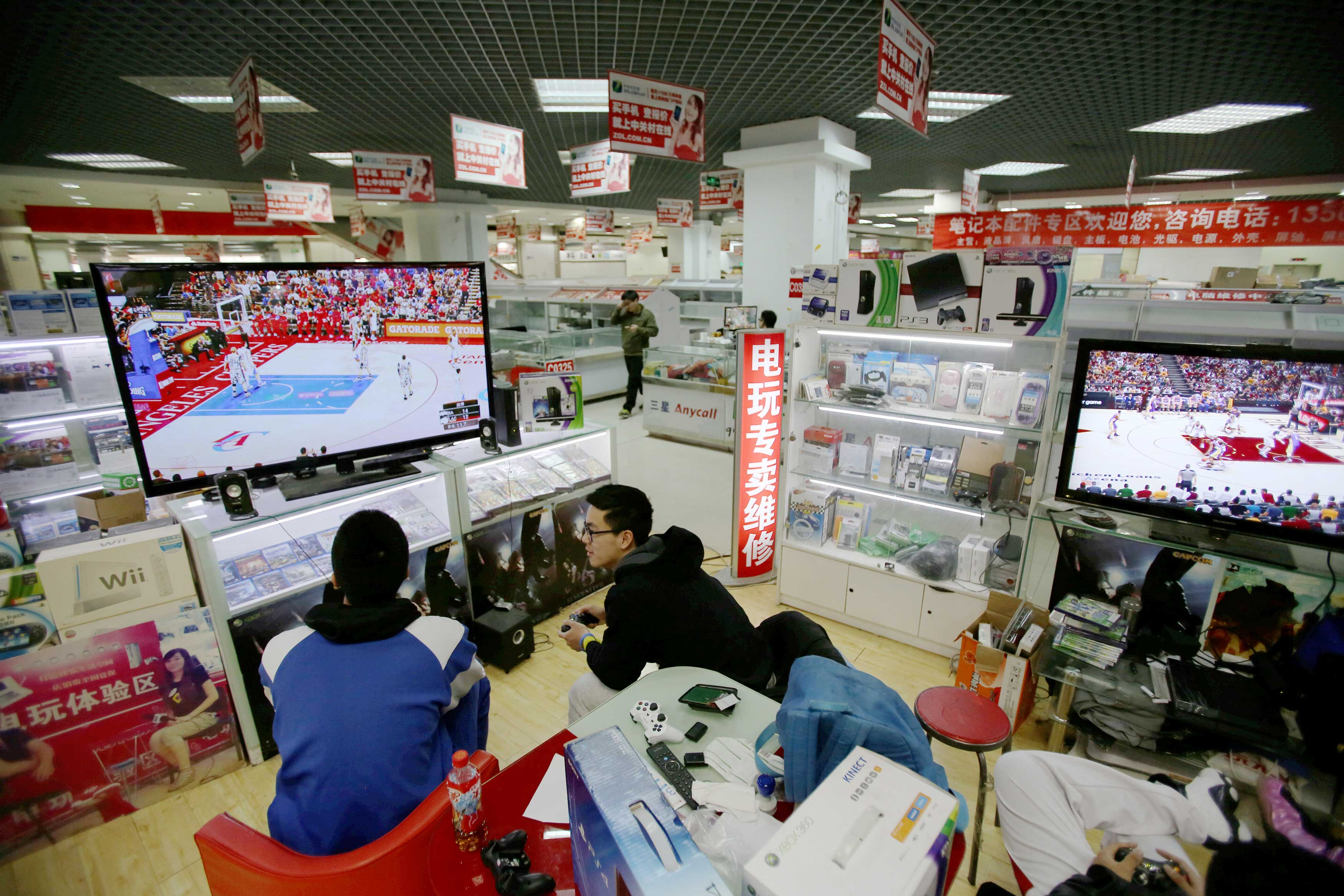Chinese retailers idle in empty malls as shoppers go online