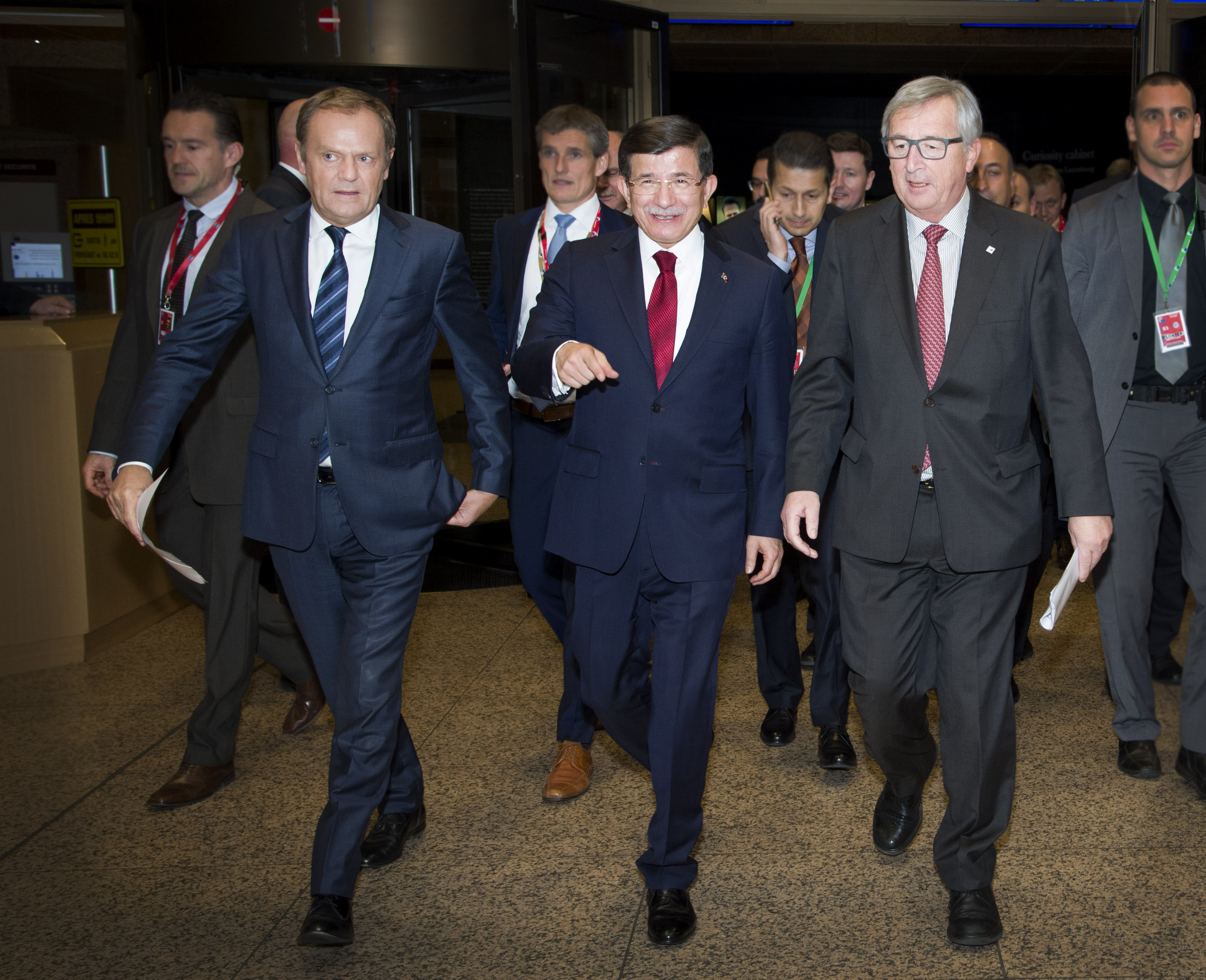 Turkish PM Davotoglu (c.) flanked by EU Council President Tusk (l.) and Commission President Juncker (r.)
