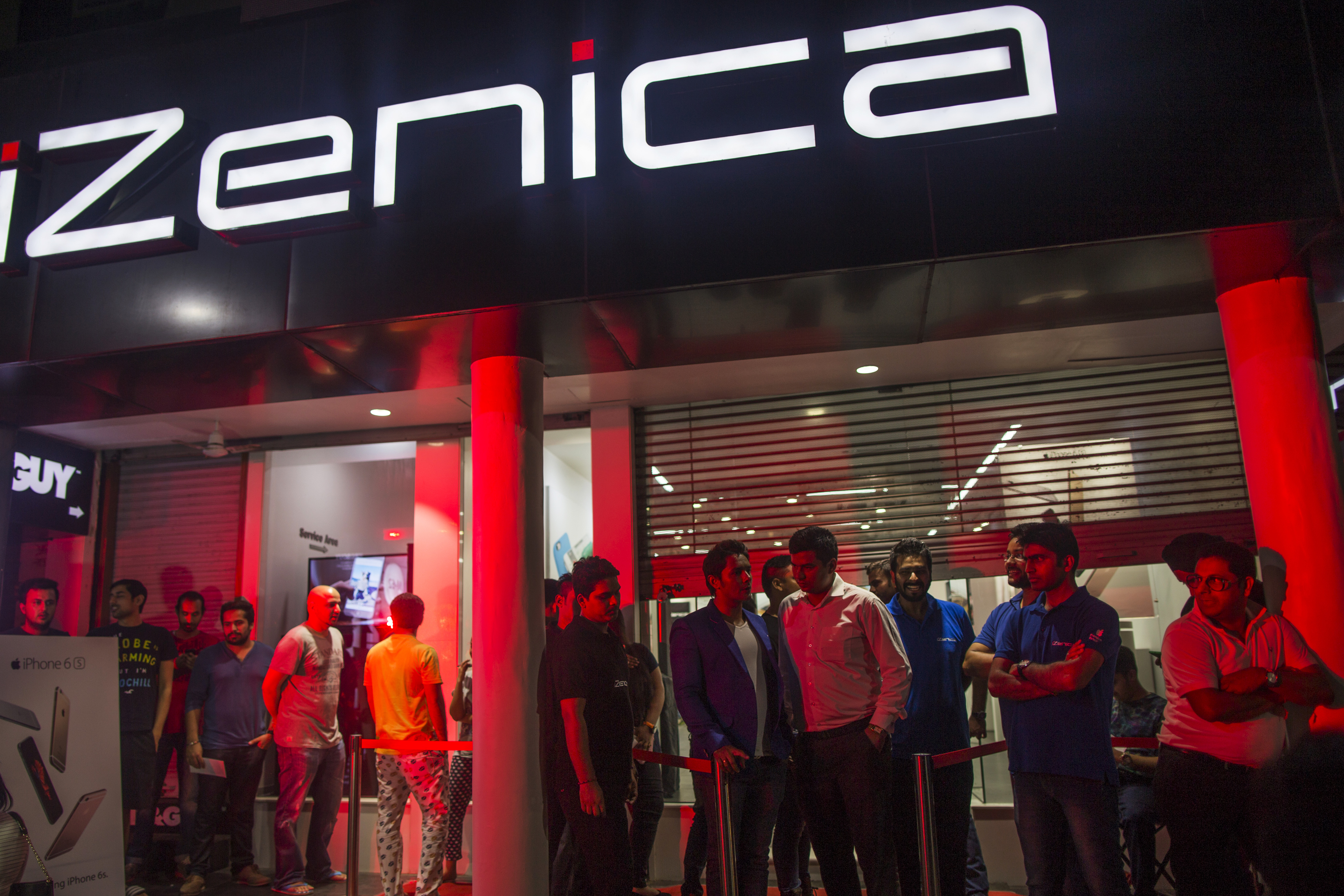 First Purchases Of The Apple IPhone 6s At An Izenica Store As New IPhones Are Released In India