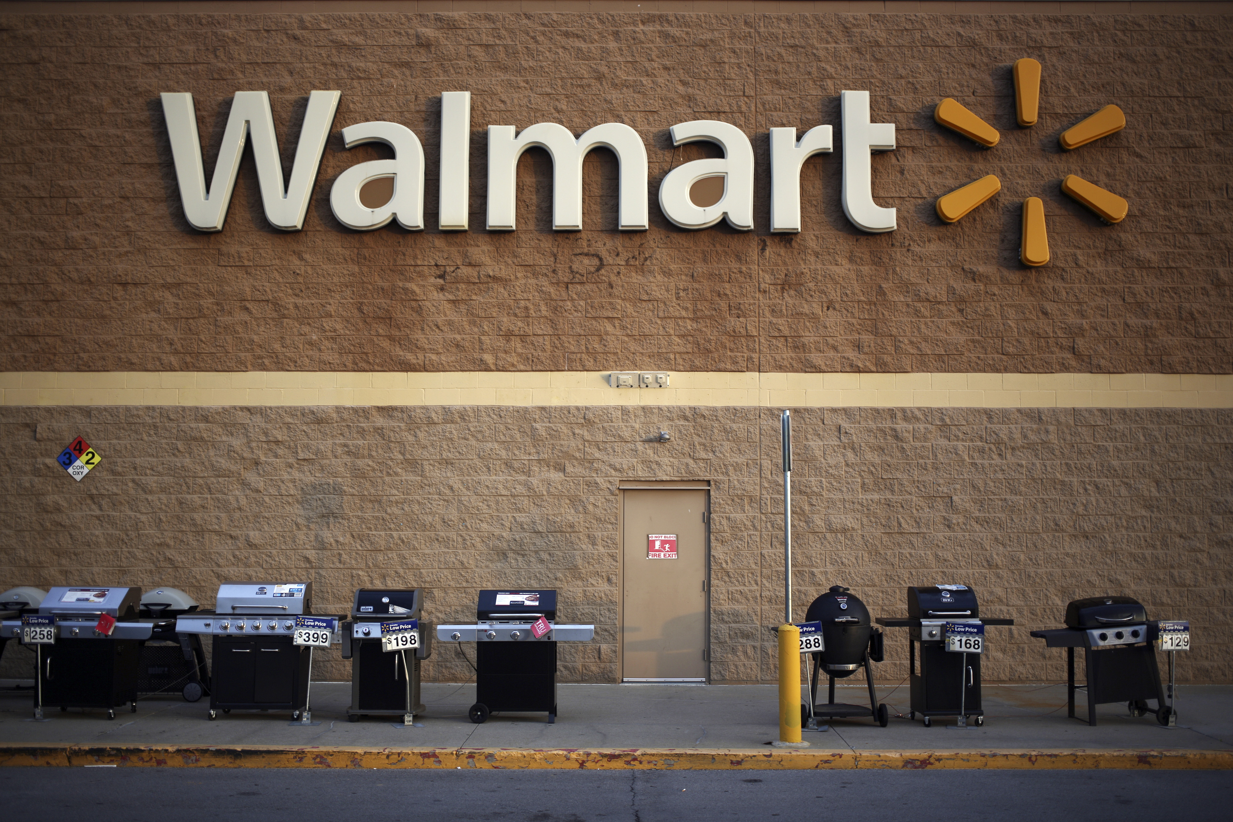 Gas grills are displayed for sale outside a Wal-Mart Stores, Inc. retail location in Shelbyville, Kentucky, U.S. on Monday, May 18, 2015. Wal-Mart is expected to release quarterly earnings on Tuesday, May 19. Photographer : Luke Sharrett / Bloomberg