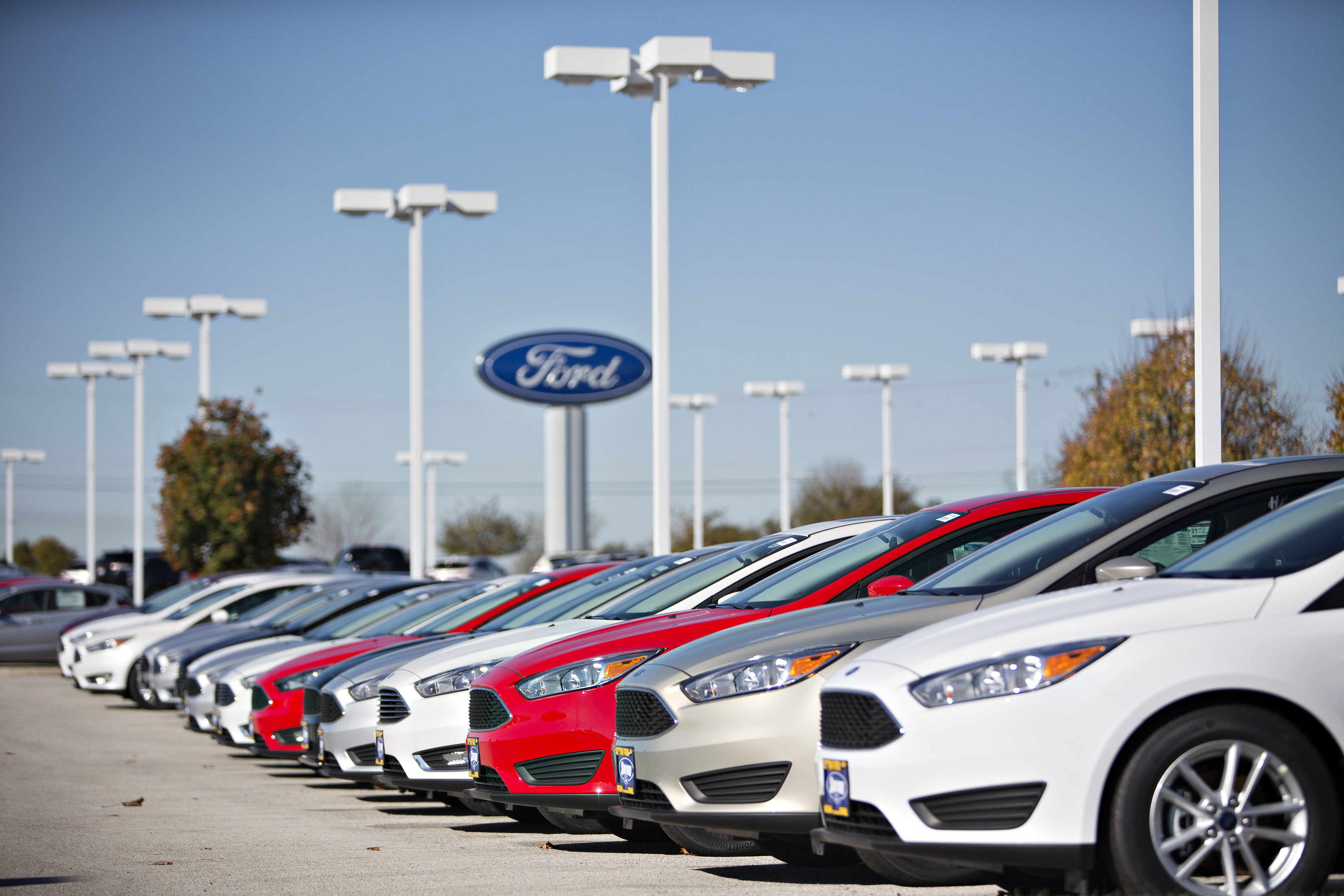 A row of new Ford Focus vehicles sit on display at Sutton Ford in Matteson, Illinois, U.S., on Friday, Oct. 30, 2015. Photographer:  Daniel Acker/Bloomberg