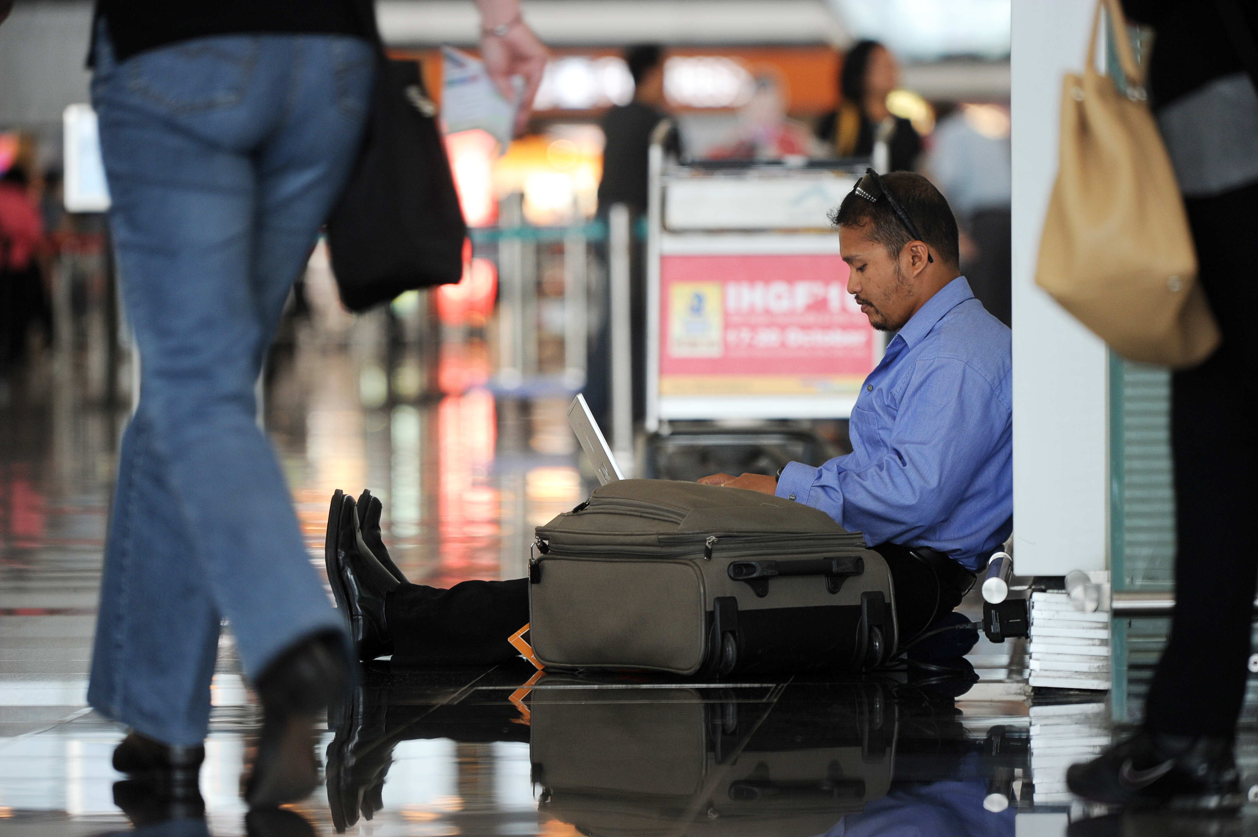 A man uses his laptop while waiting at H