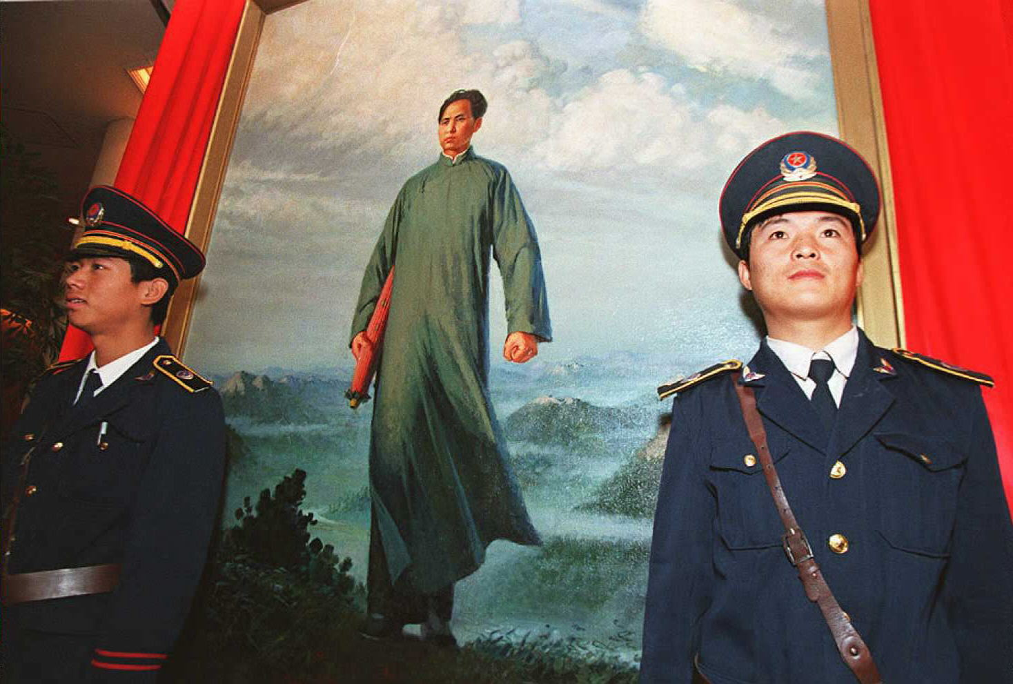 """Security guards protect 09 October the painting """"C"""