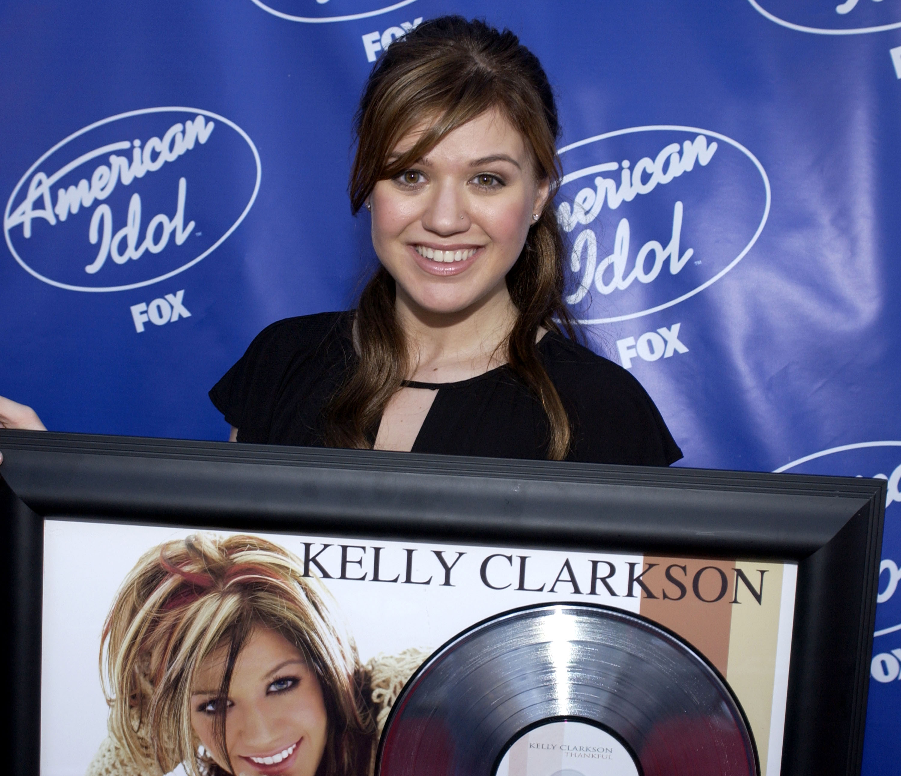 """American Idol"" Season 2 Finale - Kelly Clarkson Receives Her Platinum Album Backstage"