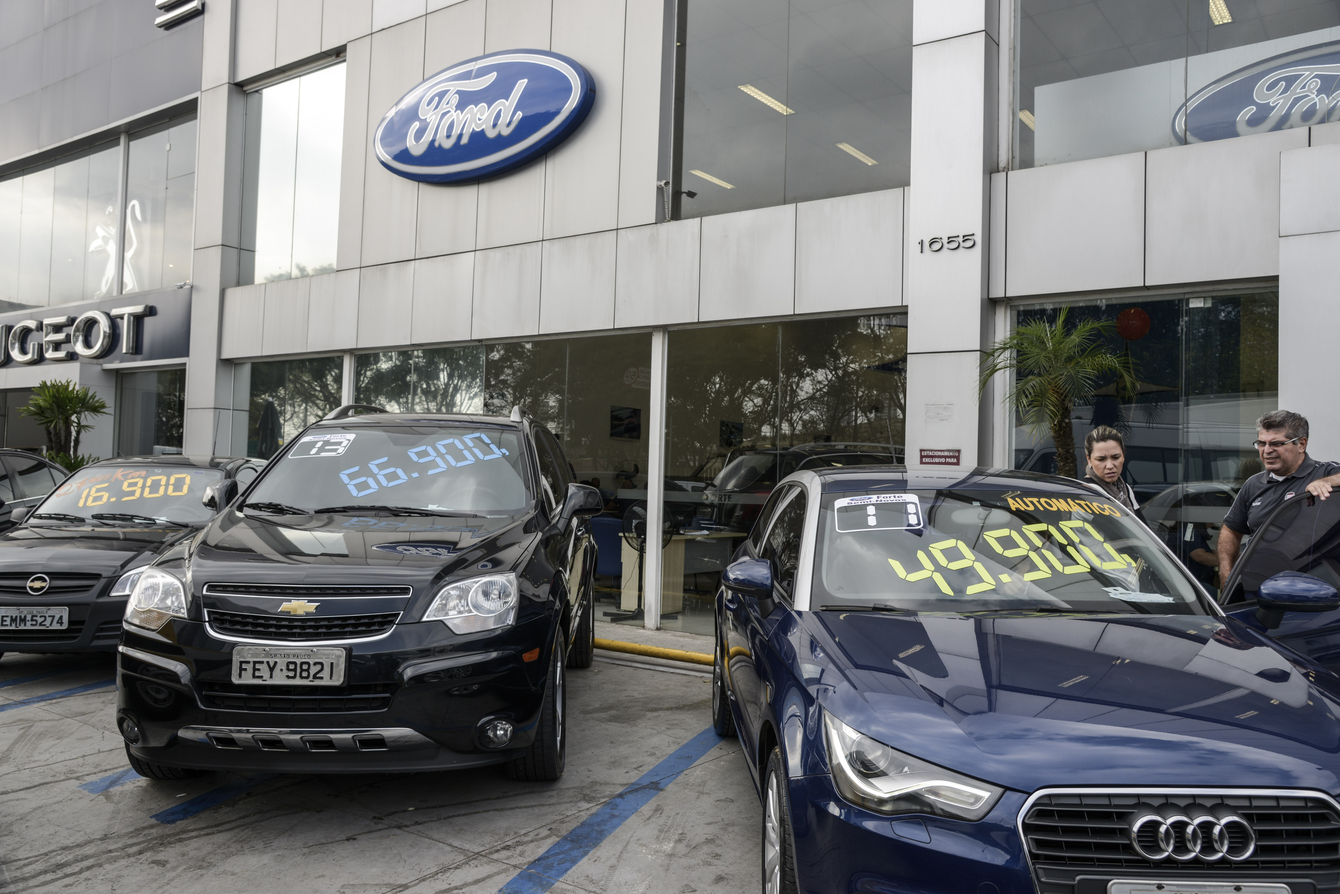 Operations Inside Brazilian Car Dealerships As Economists See Slower Inflation and Lower Rates in 2017