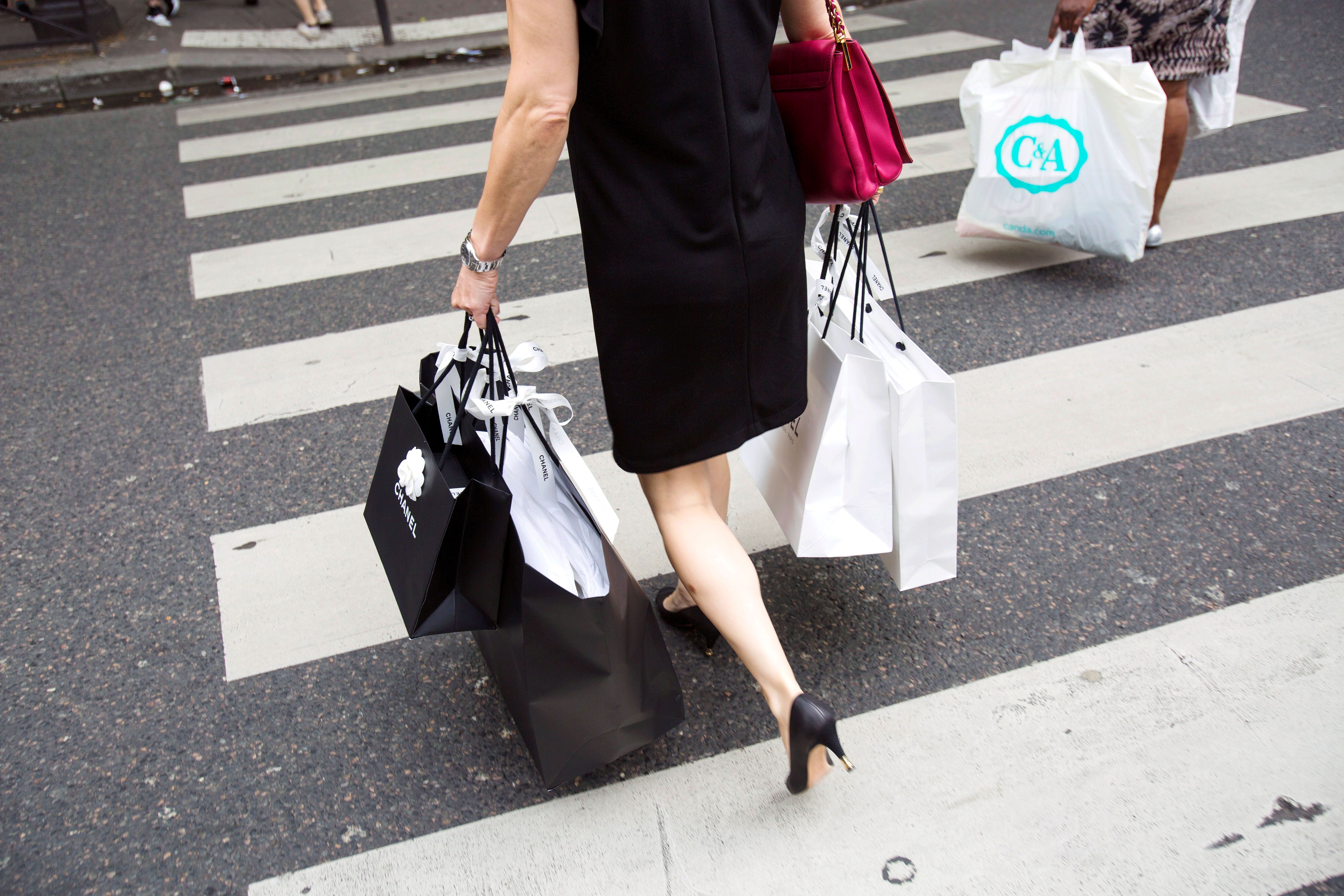 Le debut des soldes d'ete a Paris, faire du shopping en ville