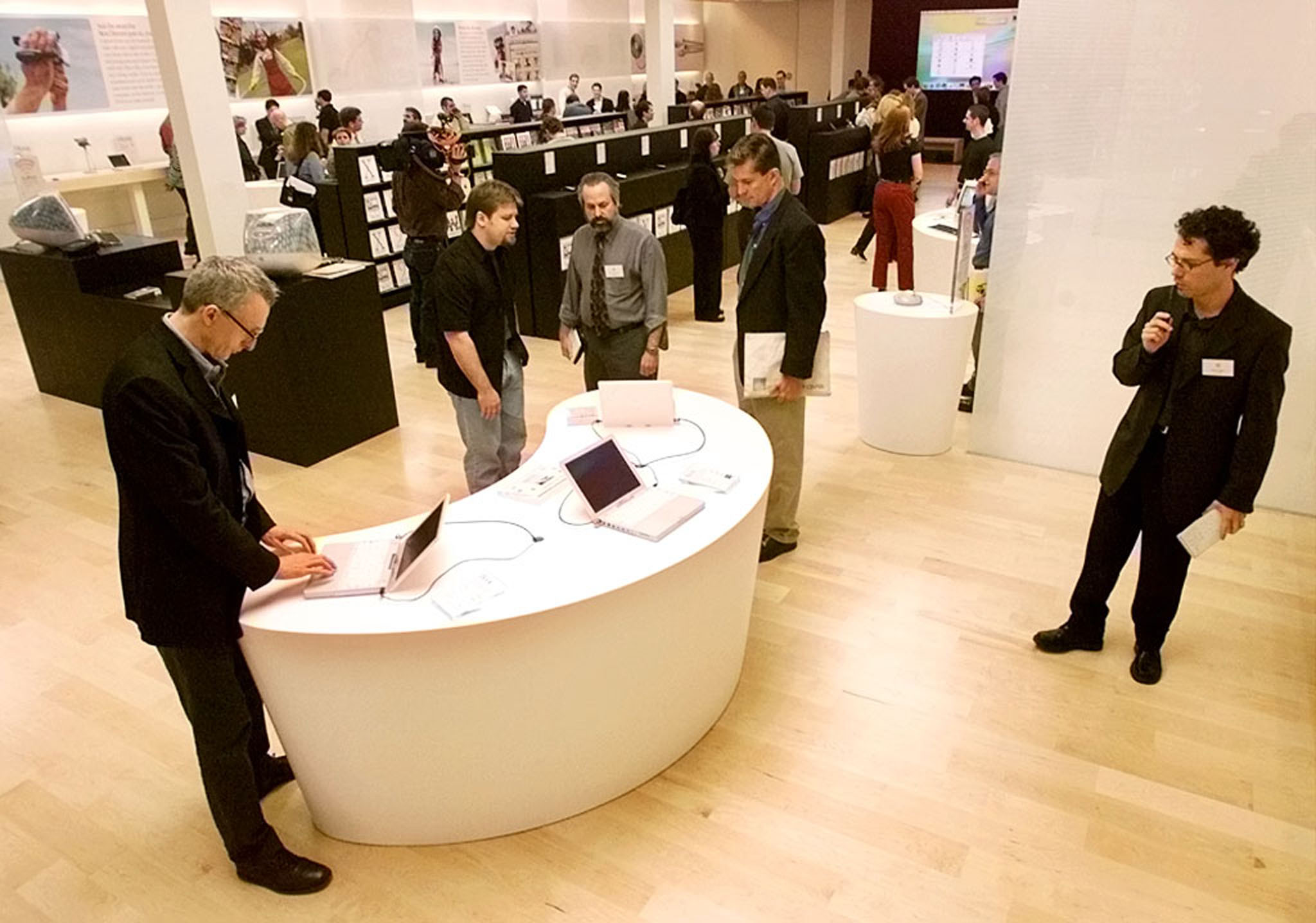 NEWS MEDIA LOOK AT FIRST APPLE RETAIL STORE DURING ANNOUNCEMENT IN VIRGINIA.