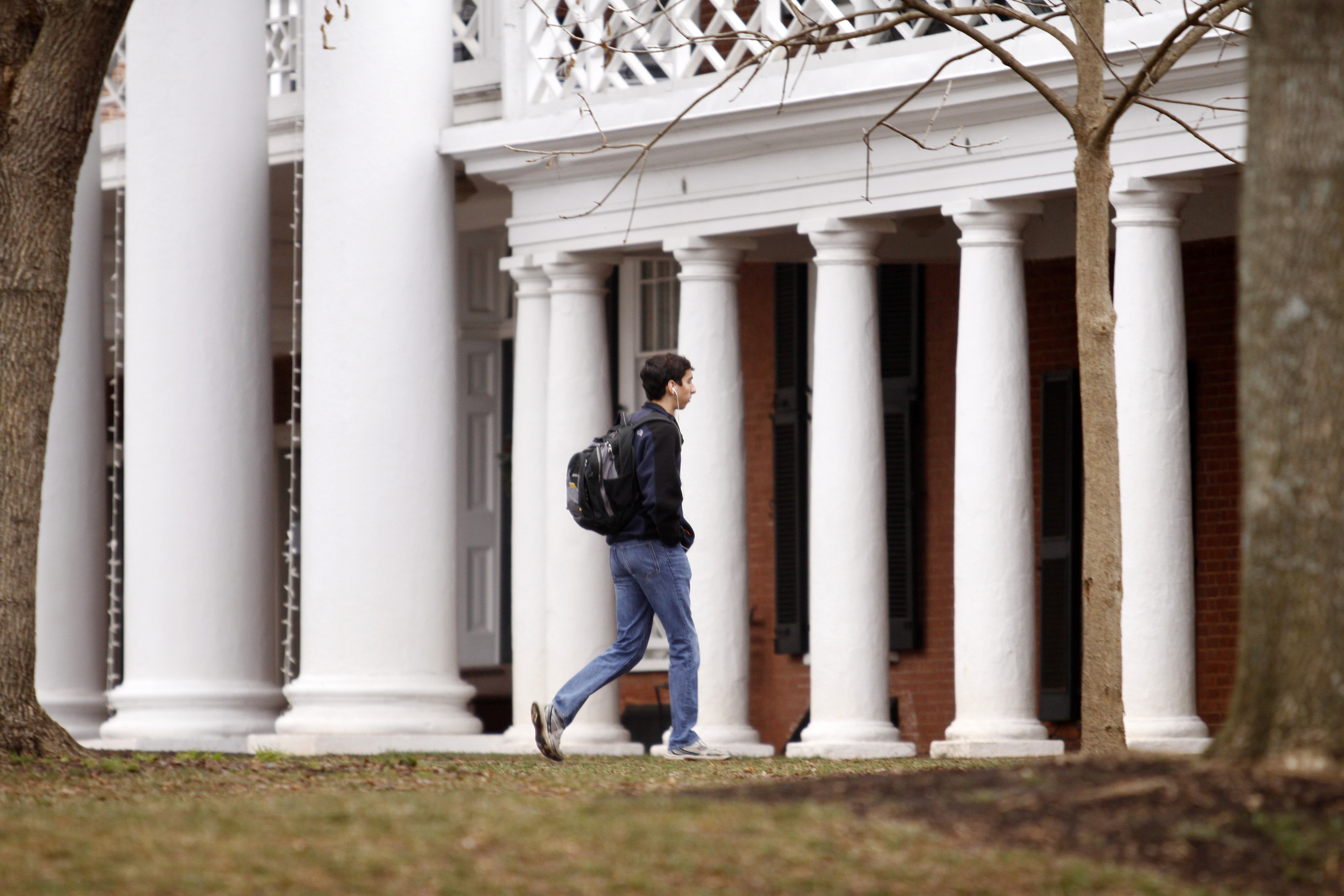 Rolling Stone magazine issued an apology for discrepencies that were published in an article regarding the alleged gang rape of a University of Virginia student by members of the Phi Kappa Psi fraternity.