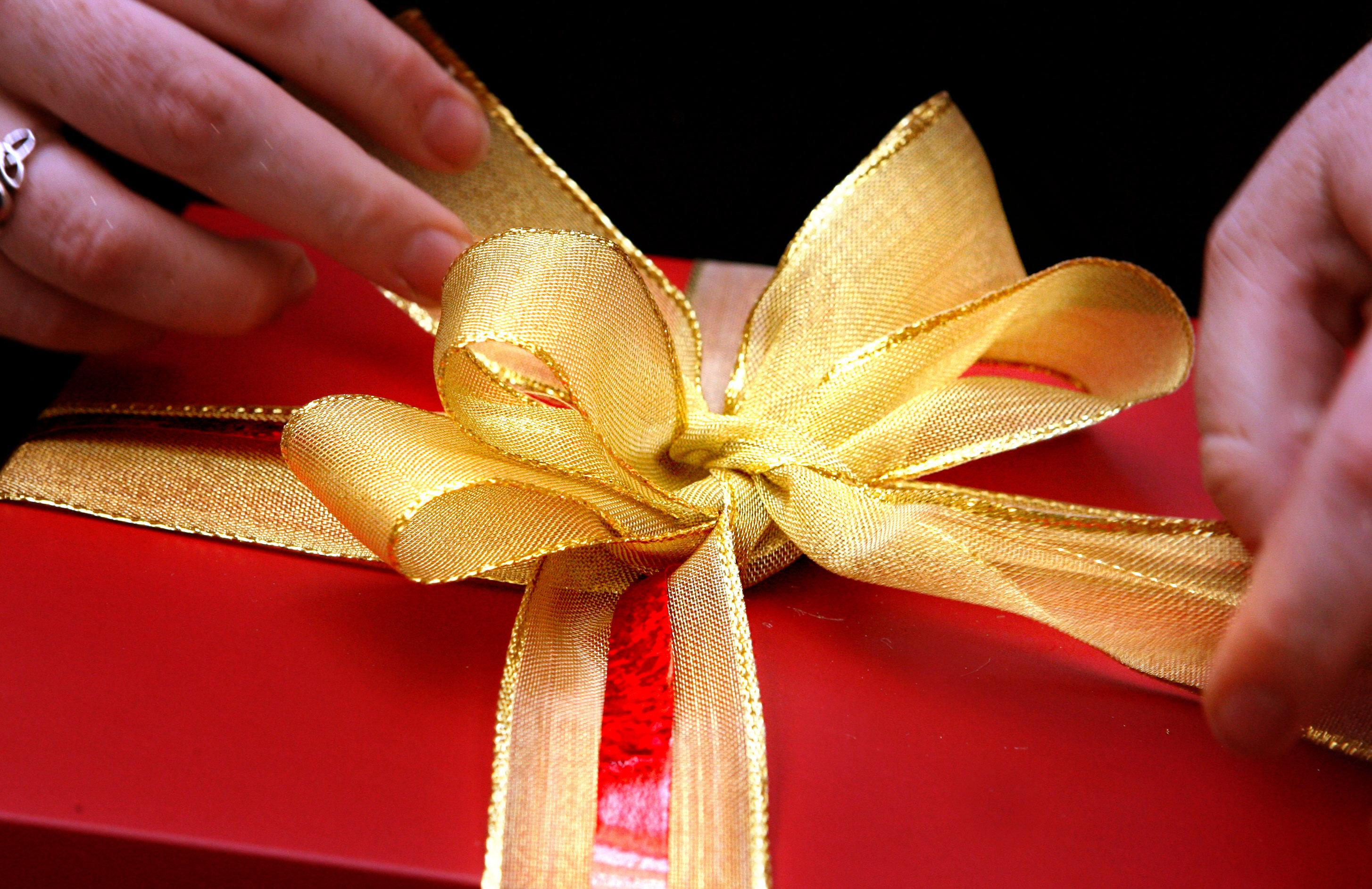 A gift is so perfectly wrapped for Chrismas, 11 December 2006. AFR Picture by J