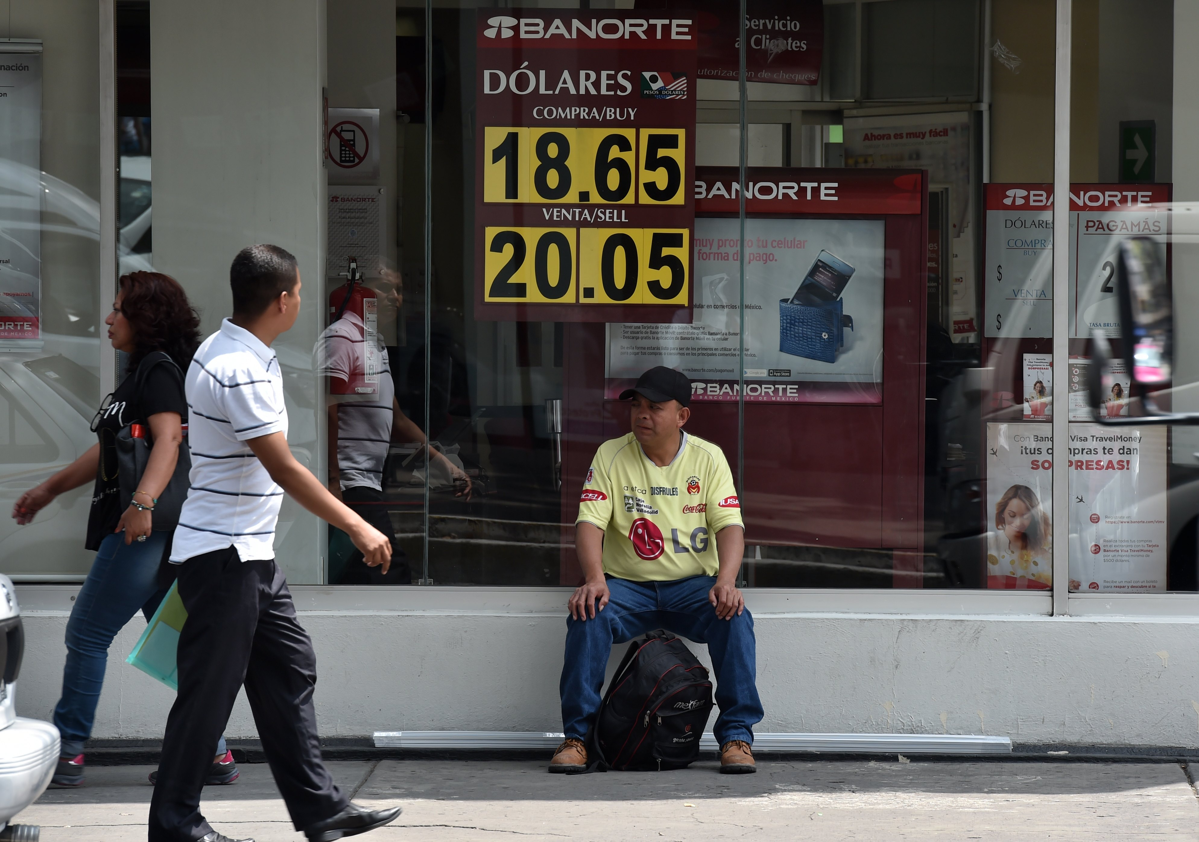 The currency board of a bank in the financial system shows the dollar exchange rate, in Mexico City, on September 22, 2016.