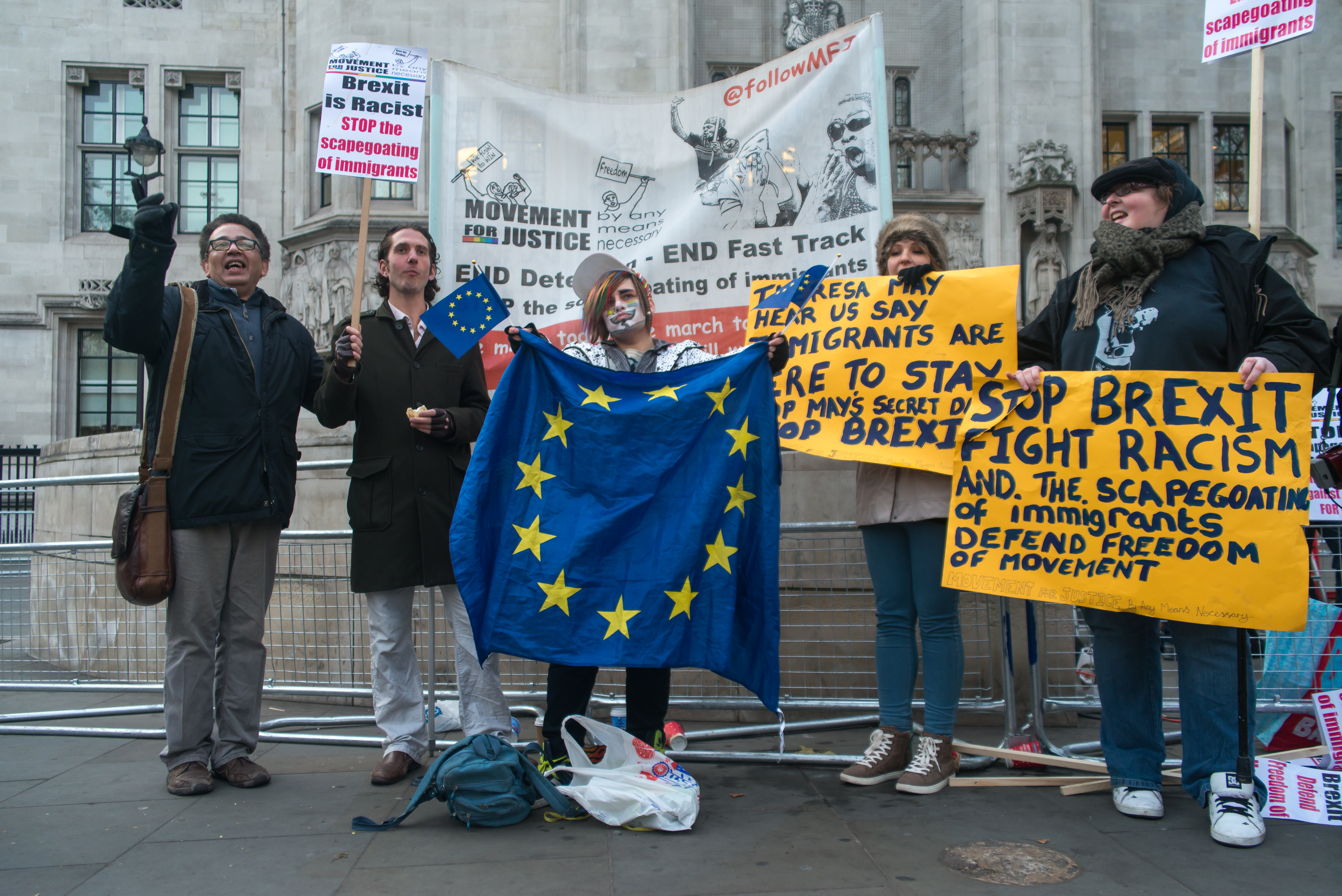 Anti-brexiters and Brexiters, clash outside the Supreme