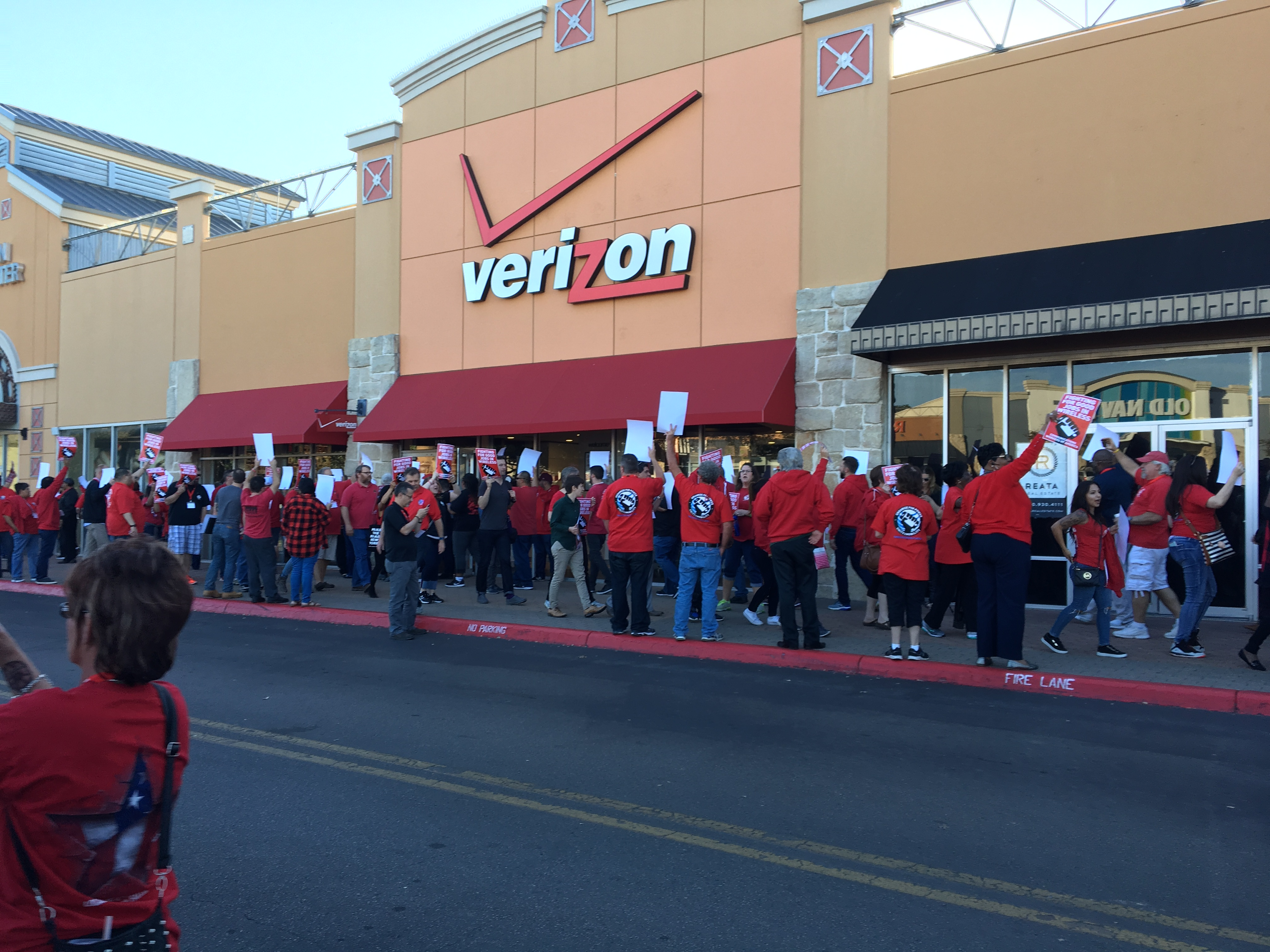 CWA union members in front of a Verizon Wireless stort