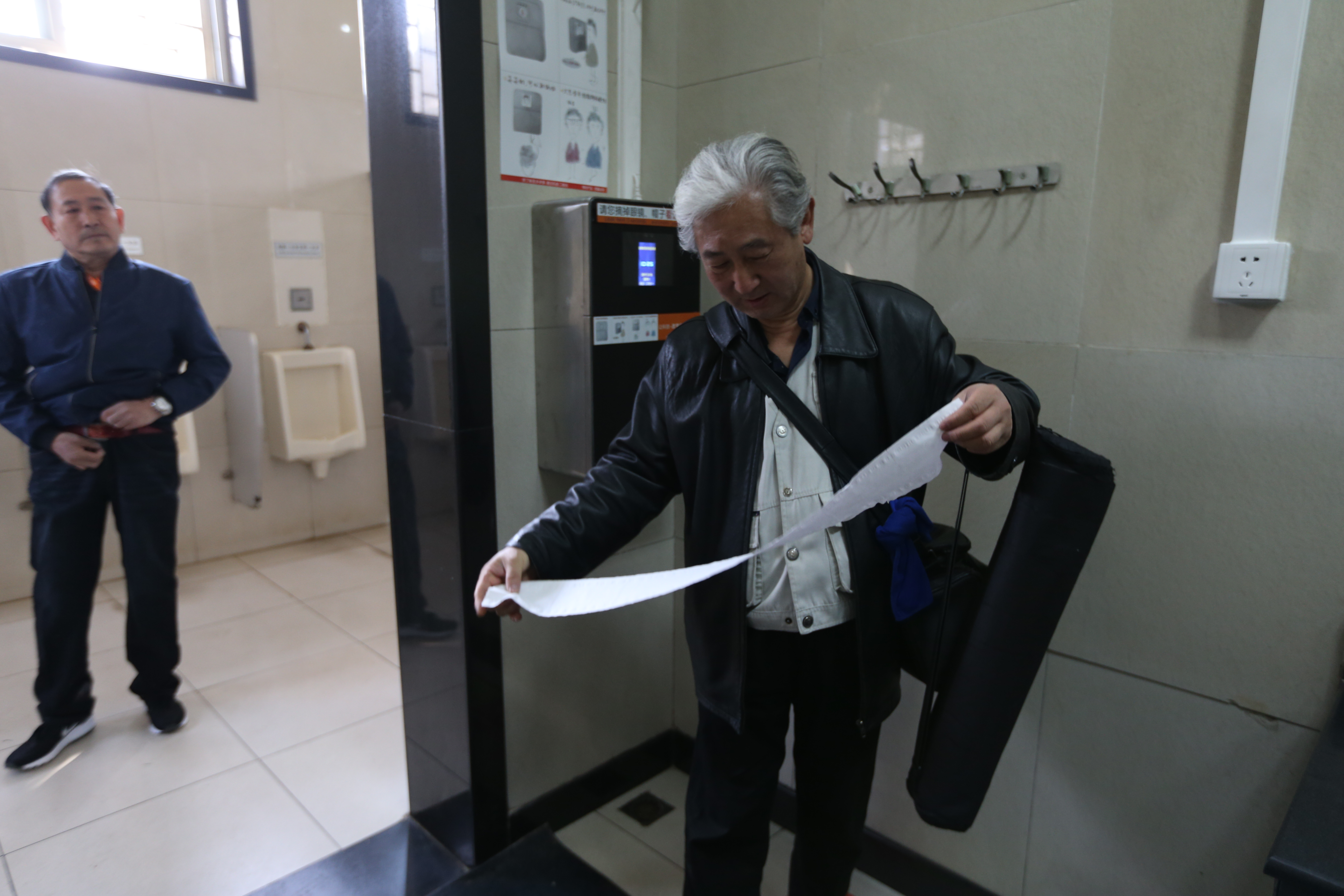 Tiantan Park uses face scanners to thwart toilet paper thieves