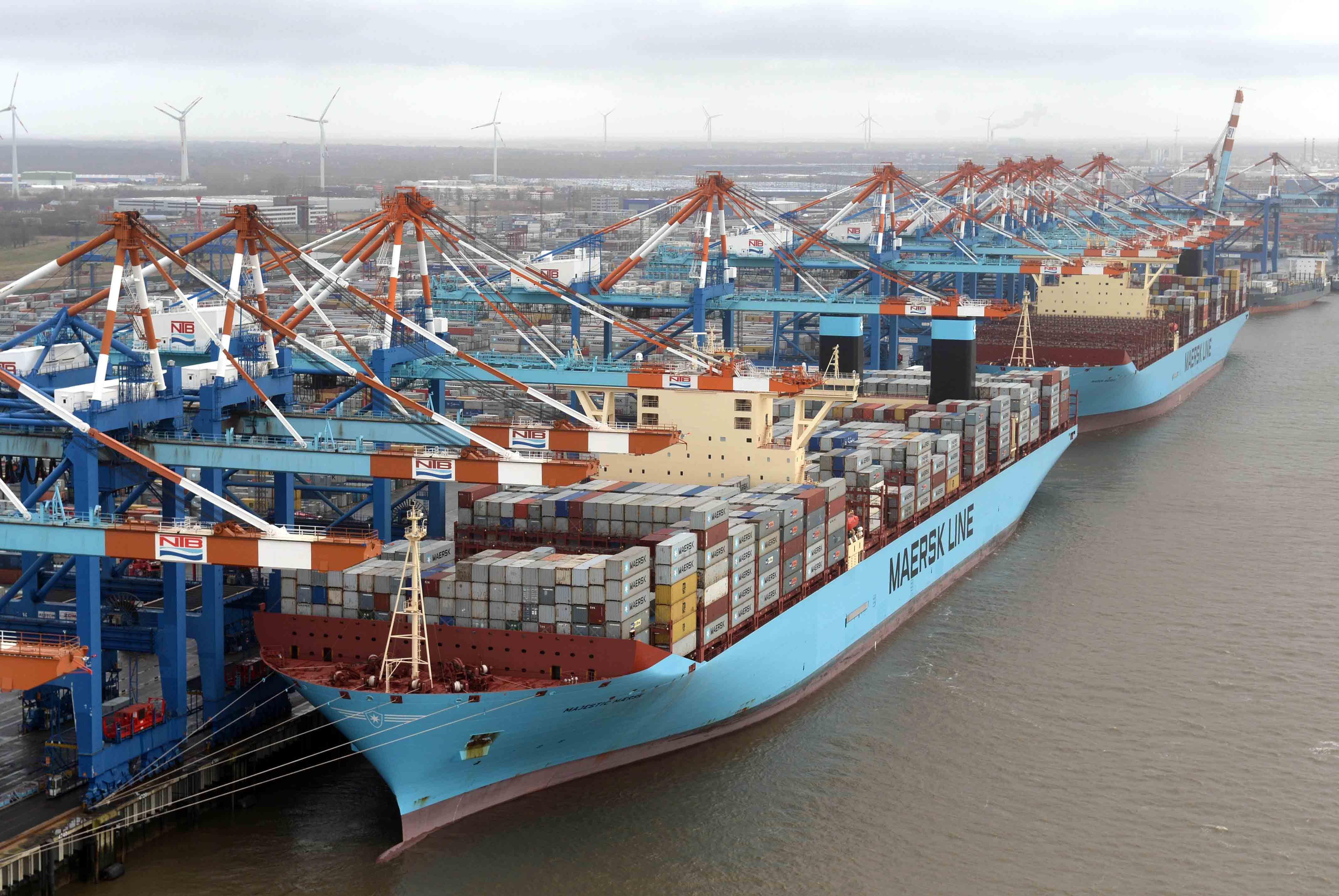 Container Terminal, NTB- Gate   Maren und Majestic Maersk an der Stromkaje 27.2.15 Luftfoto Scheer