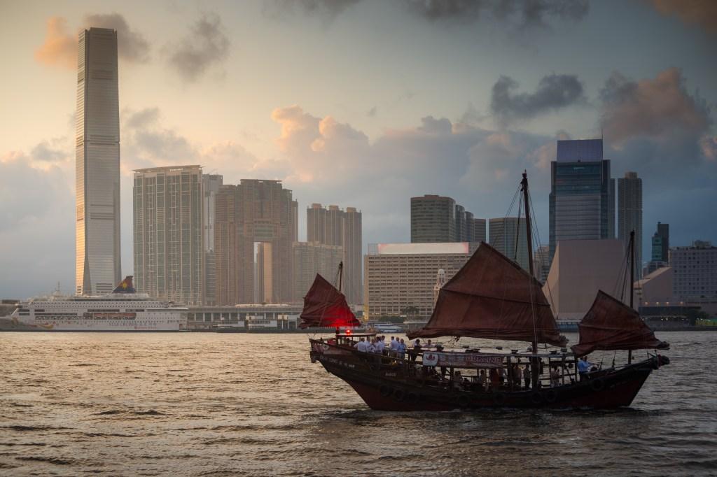 Aqua Luna (Cheung Po Tsai): red-sail tour boat along Victoria Harbour from Hong Kong
