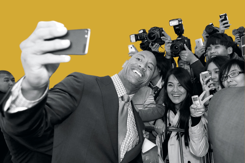 """The Fate of the Furious"" star Dwayne Johnson posing for selfies in Beijing's CBD Wanda theatre"