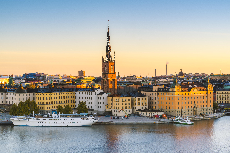 Sweden, Stockholm, High angle view over Riddarholmen and Riddarholmskyrkan church at sunrise