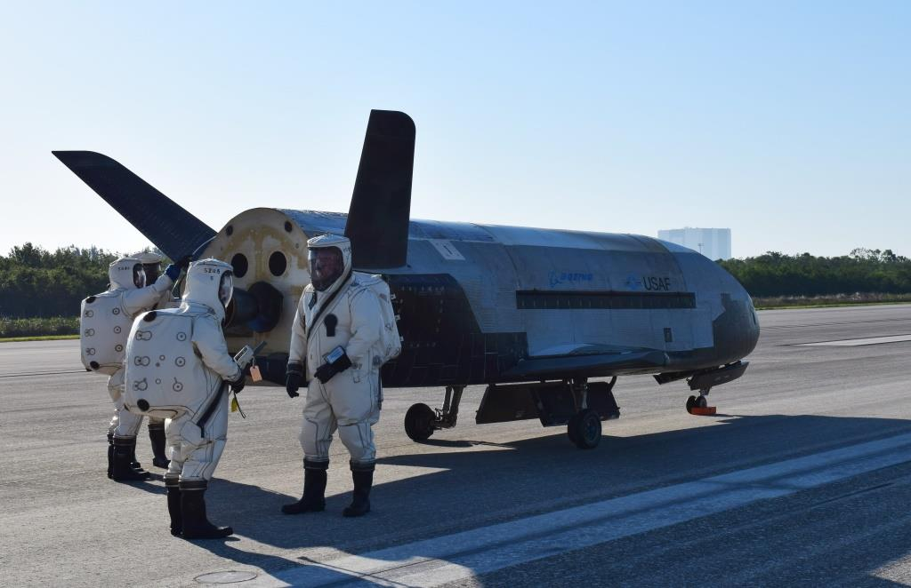 The Air Force's X-37B Orbital Test Vehicle mission 4 lands at NASA 's Kennedy Space Center Shuttle Landing Facility, Fla., May 7, 2017.