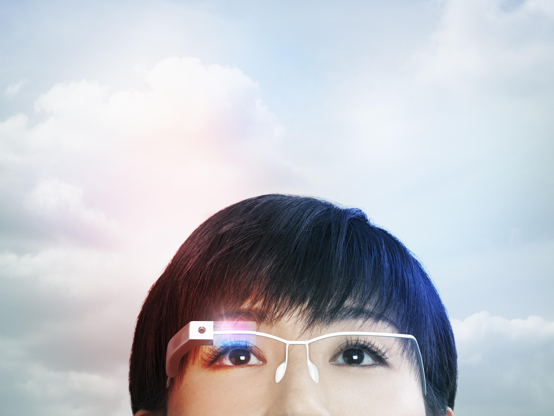 Woman wearing a smart glasses