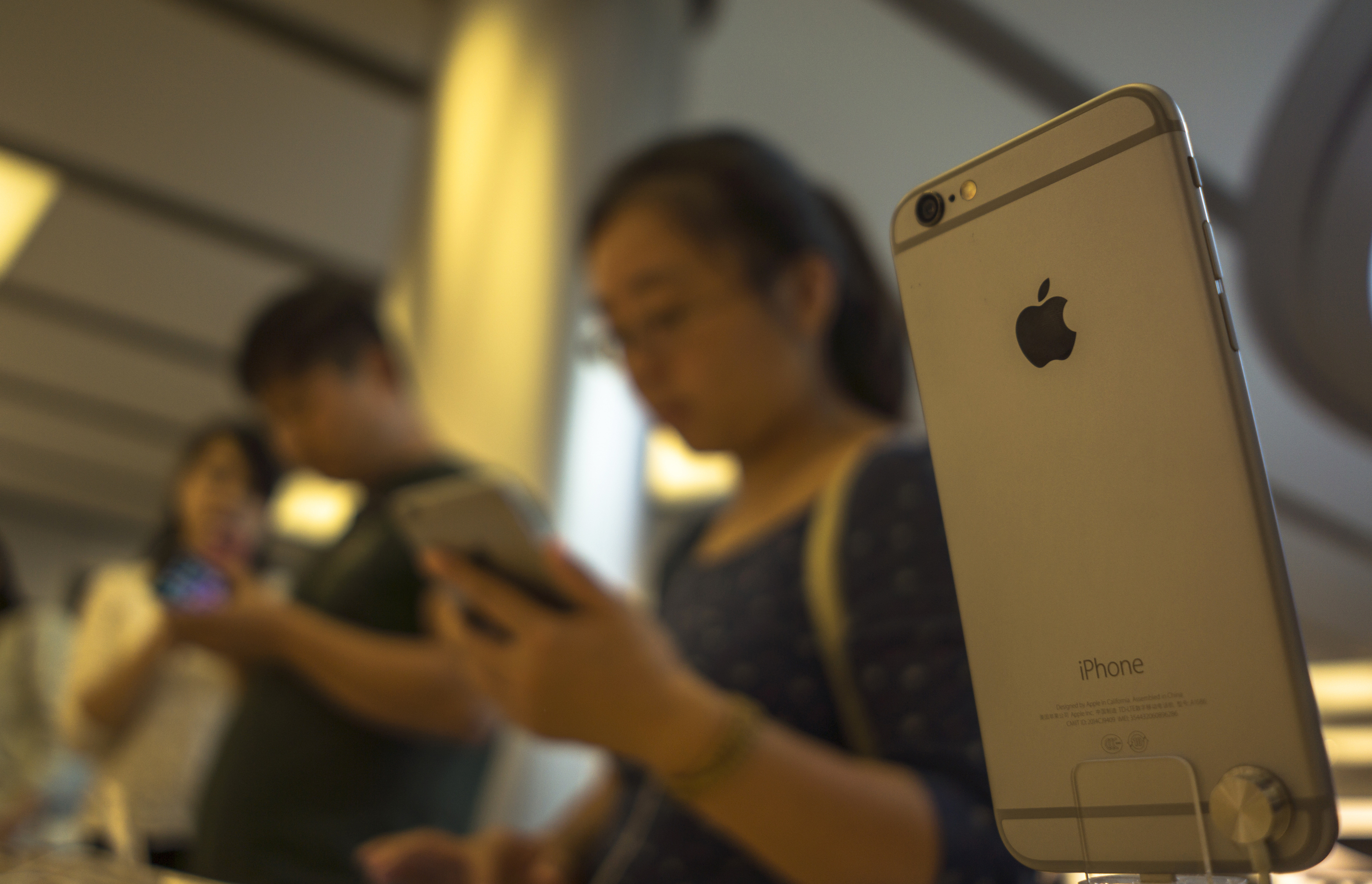 Chinese consumers are trying out iPhone 6 in an apple store