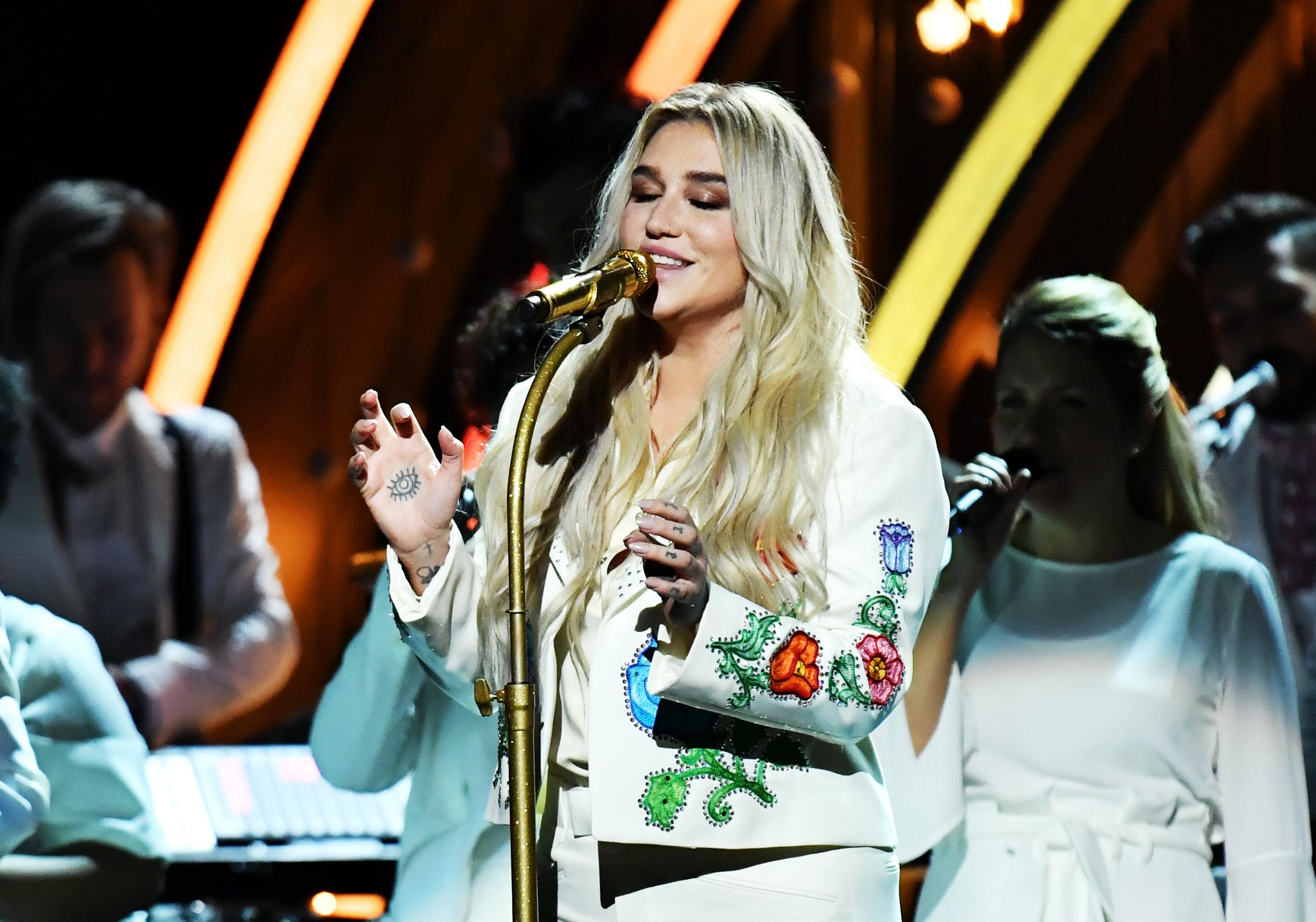 """Kesha singes """"Praying"""" at Grammys Sunday night"""