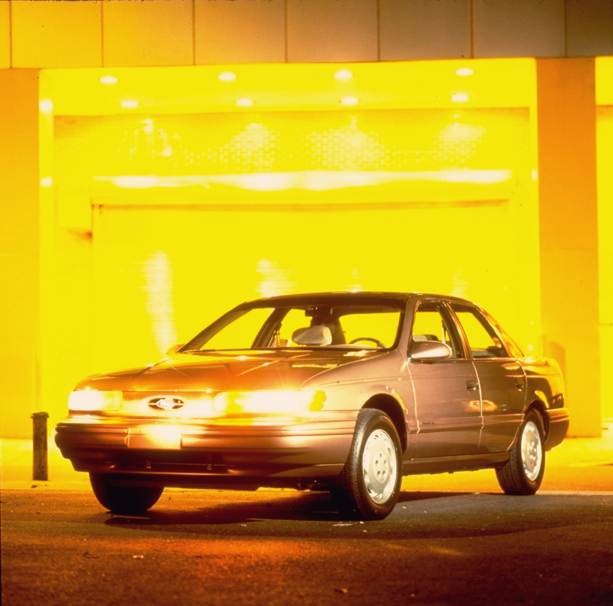 Silver 1992 Ford Taurus w. front headlig