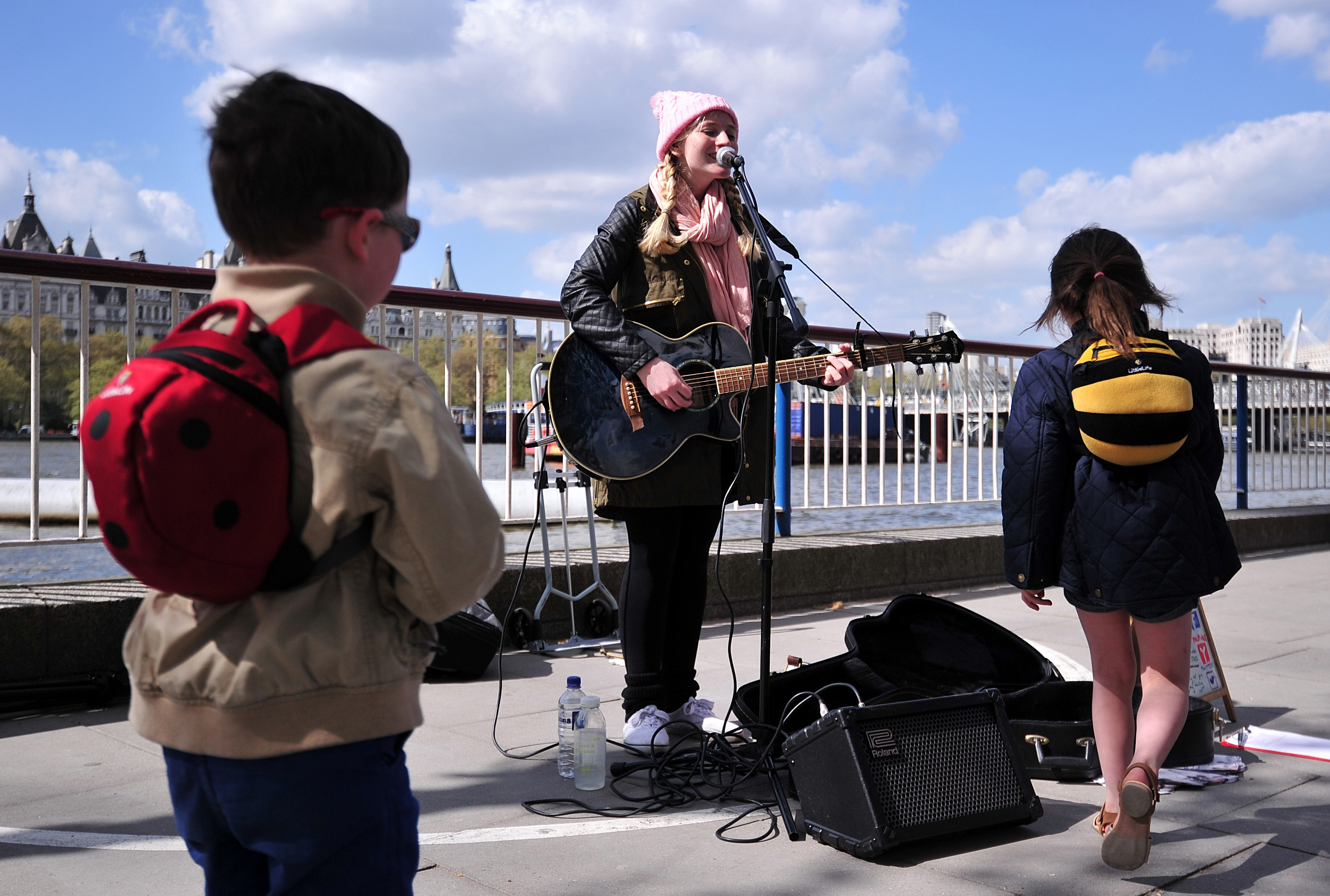 Guitarist plays for children on street in London