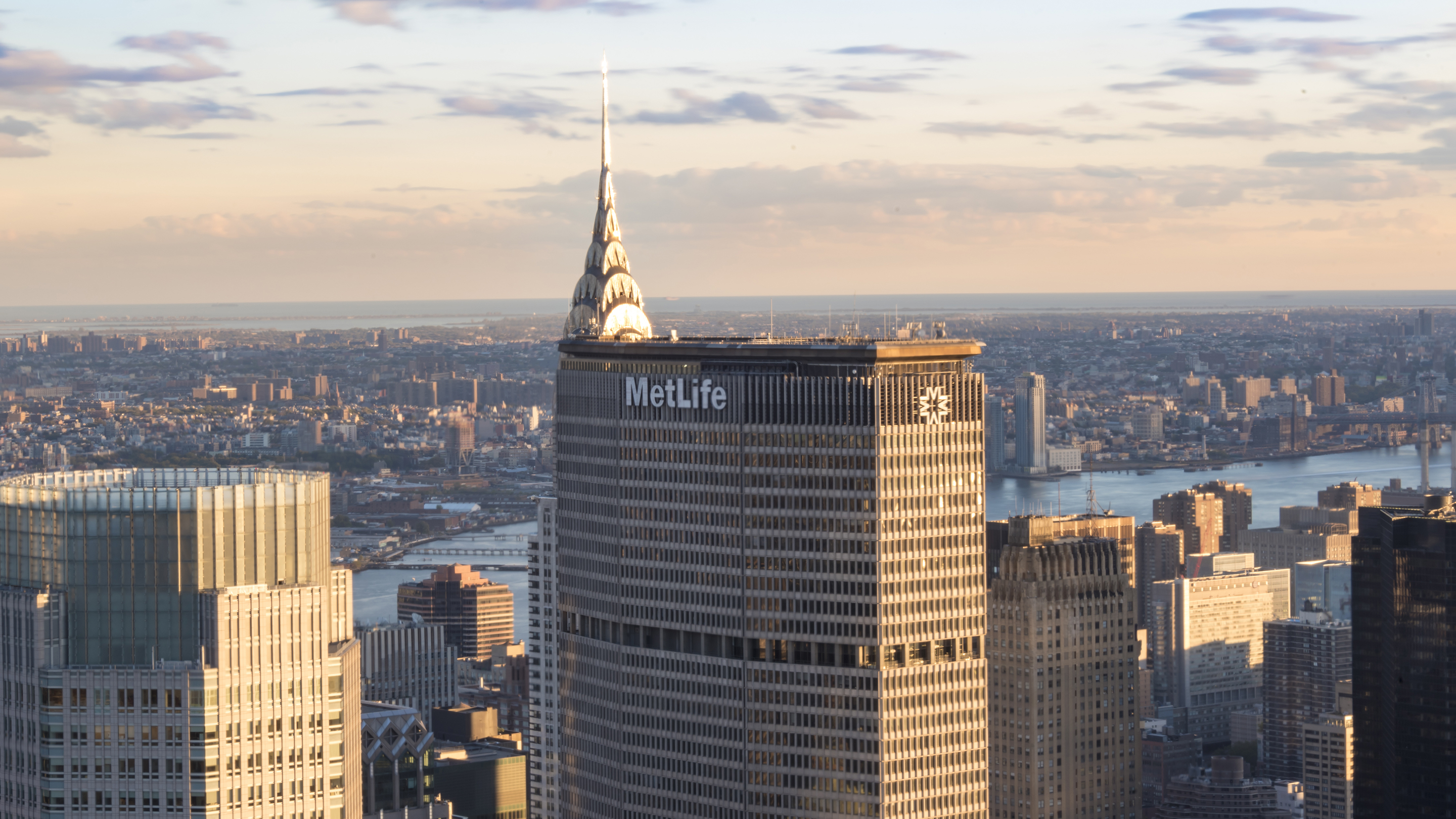 New York tours and attractions: Metlife building standing