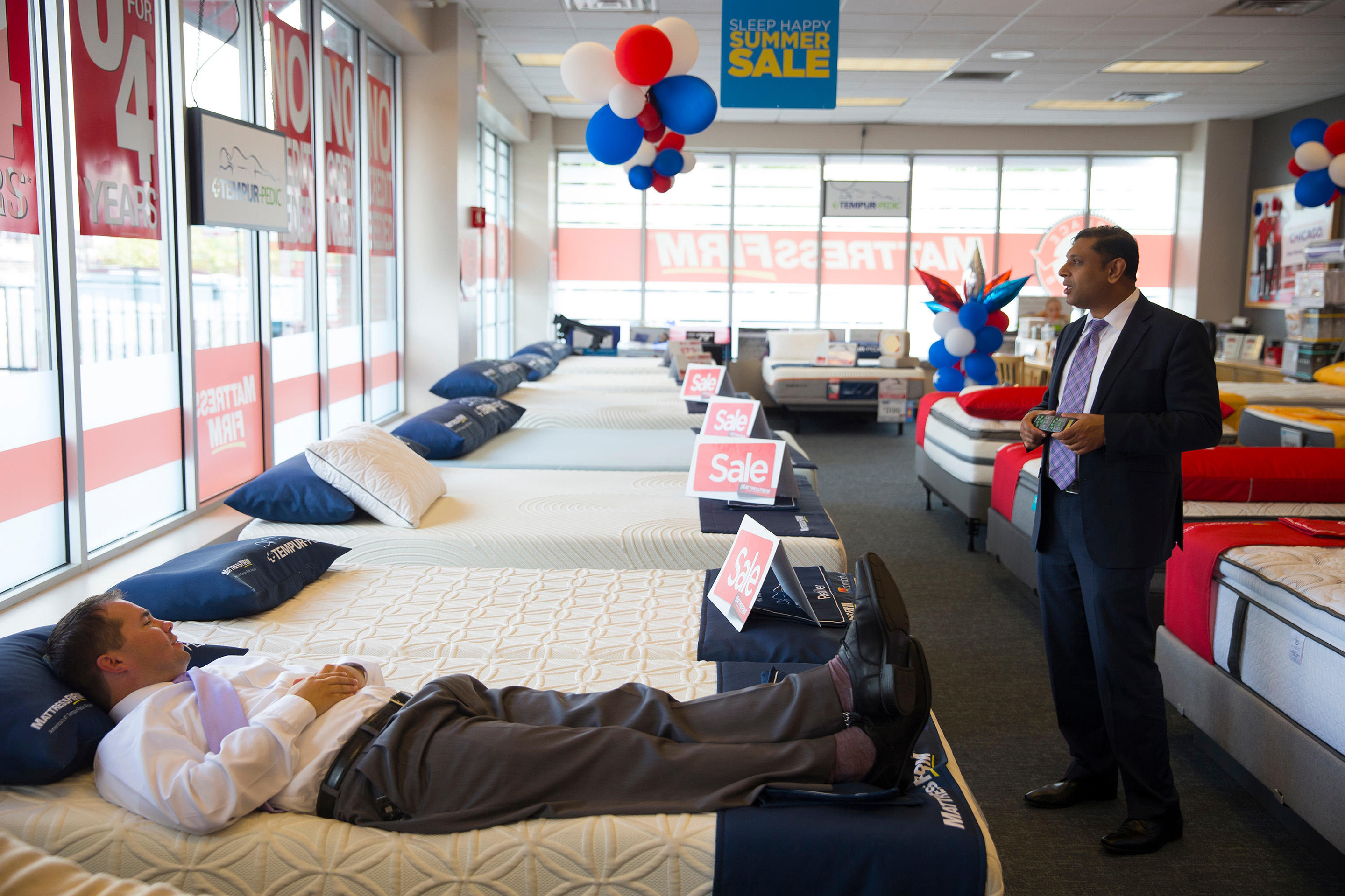 Chicago, USA. 14th July, 2016. the South Loop store location. 14th July, 2016. Joe Kelly, left, district manager of Mattress Firm, runs through some training exercises with Bobby Mathew, store manager at the South Loop store location, on Thursday, July 14
