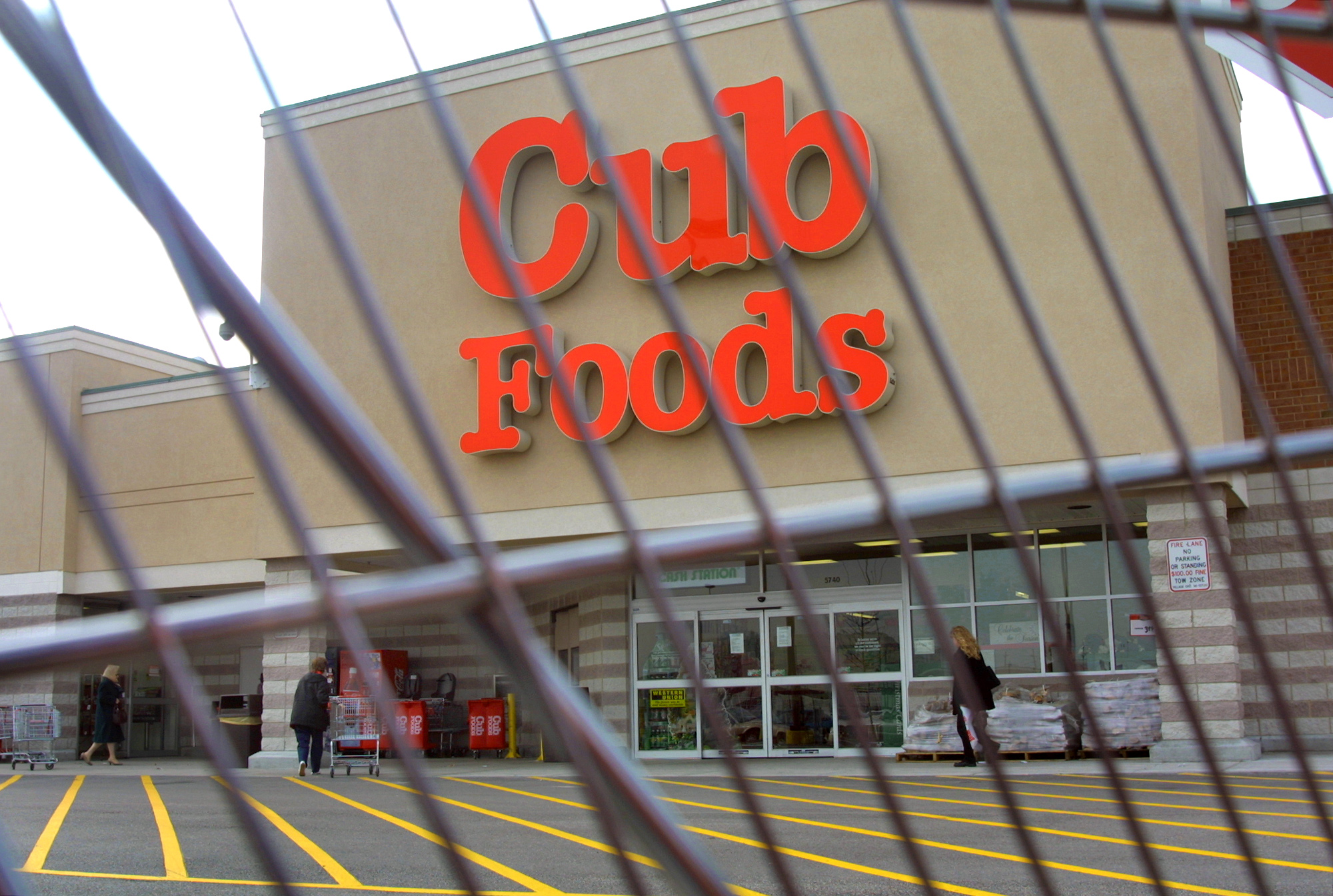 A Cub Foods store is seen through a grocery shopping cart December 4, 2000 in Niles, Illinois. The store is a subsidiary of Supervalu.