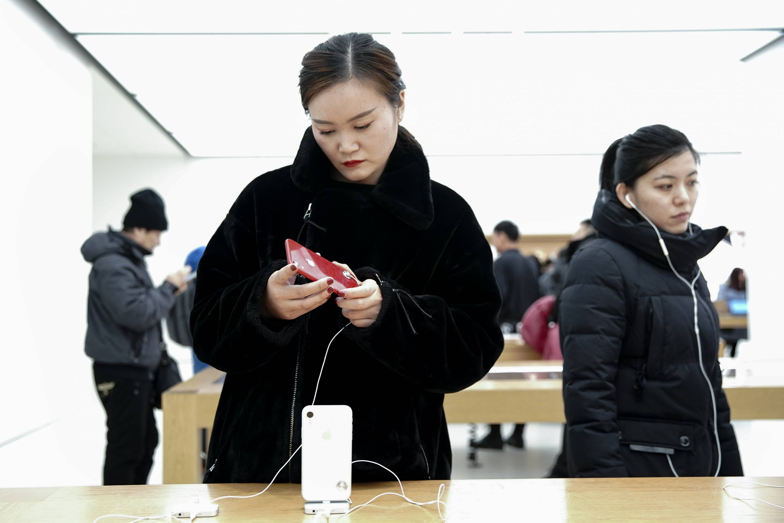 Apple Slashes Revenue Forecast Following Weak Sales In China