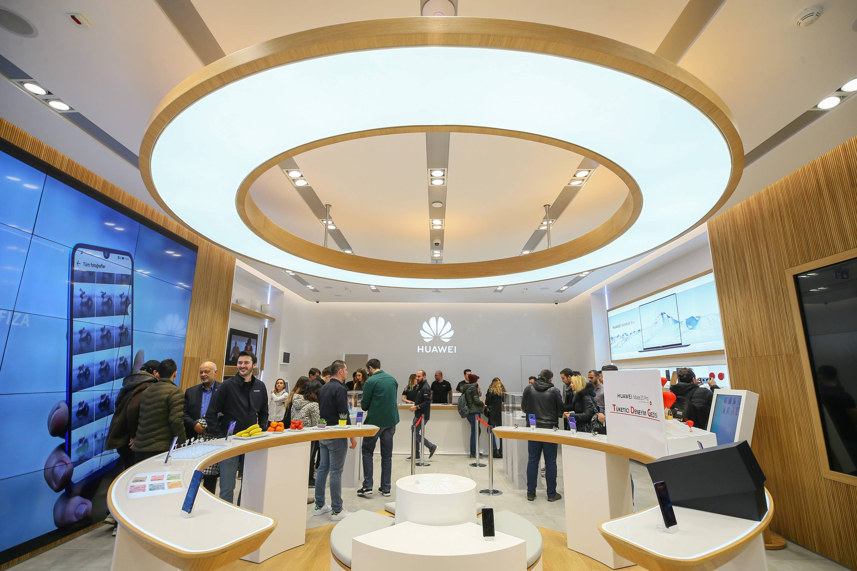 """Turkey's first Huawei """"experience store"""" in Izmir"""