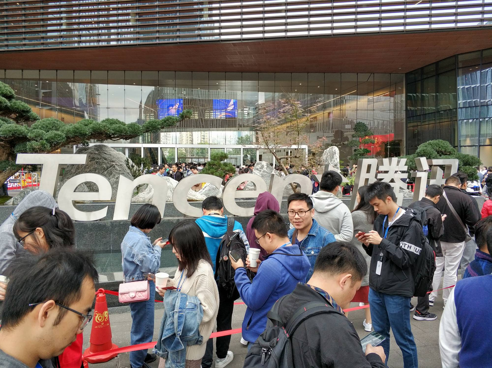 Tencent Employees Queue Up To Get Red Envelopes In Shenzhen