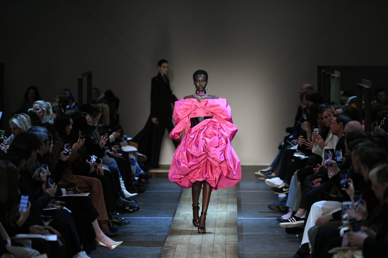 Alexander McQueen : Runway - Paris Fashion Week Womenswear Fall/Winter 2019/2020