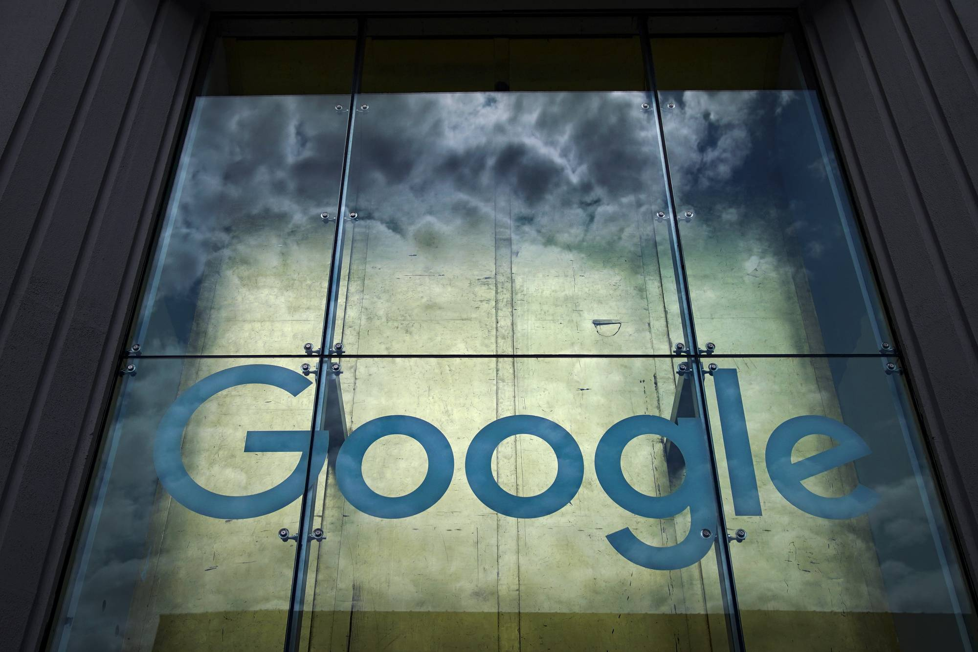 Google's plans to bolster its cloud computing business by buying data analytics startup Looker for $2.6 billion, marking one of the search giant's largest acquisitions.