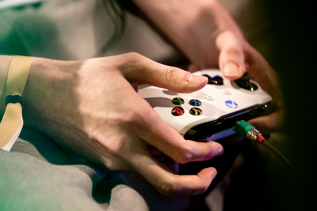 "A player's hands can be seen in the ""Grand Final"" of the Virtual Bundesliga (VBL) with an Xbox controller."