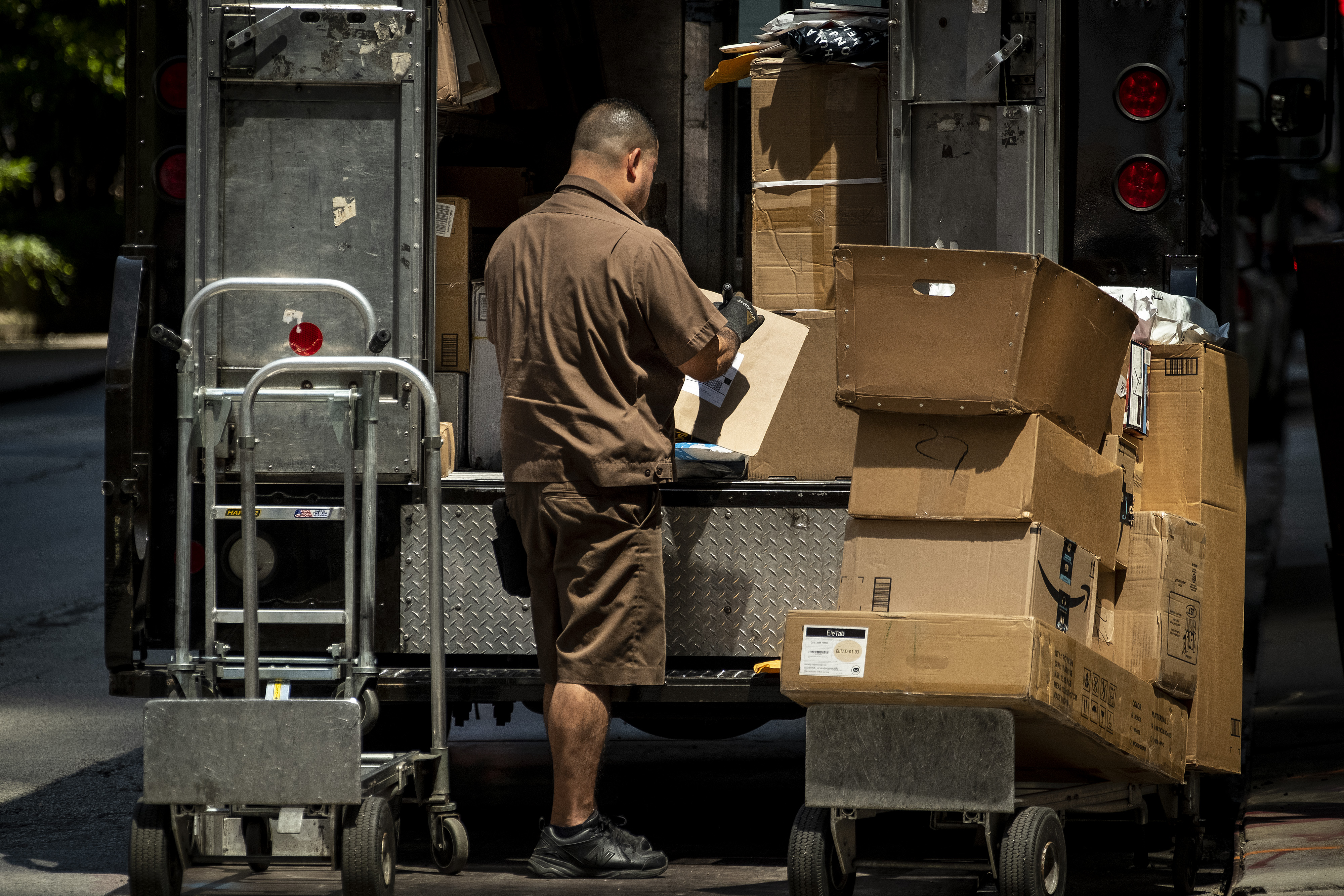 Ups Package Delivery Driver Pay >> Ups Drives To Hire 100 000 Holiday Workers Is It Enough