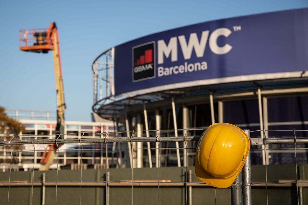workers dismantle cancelled mwc show
