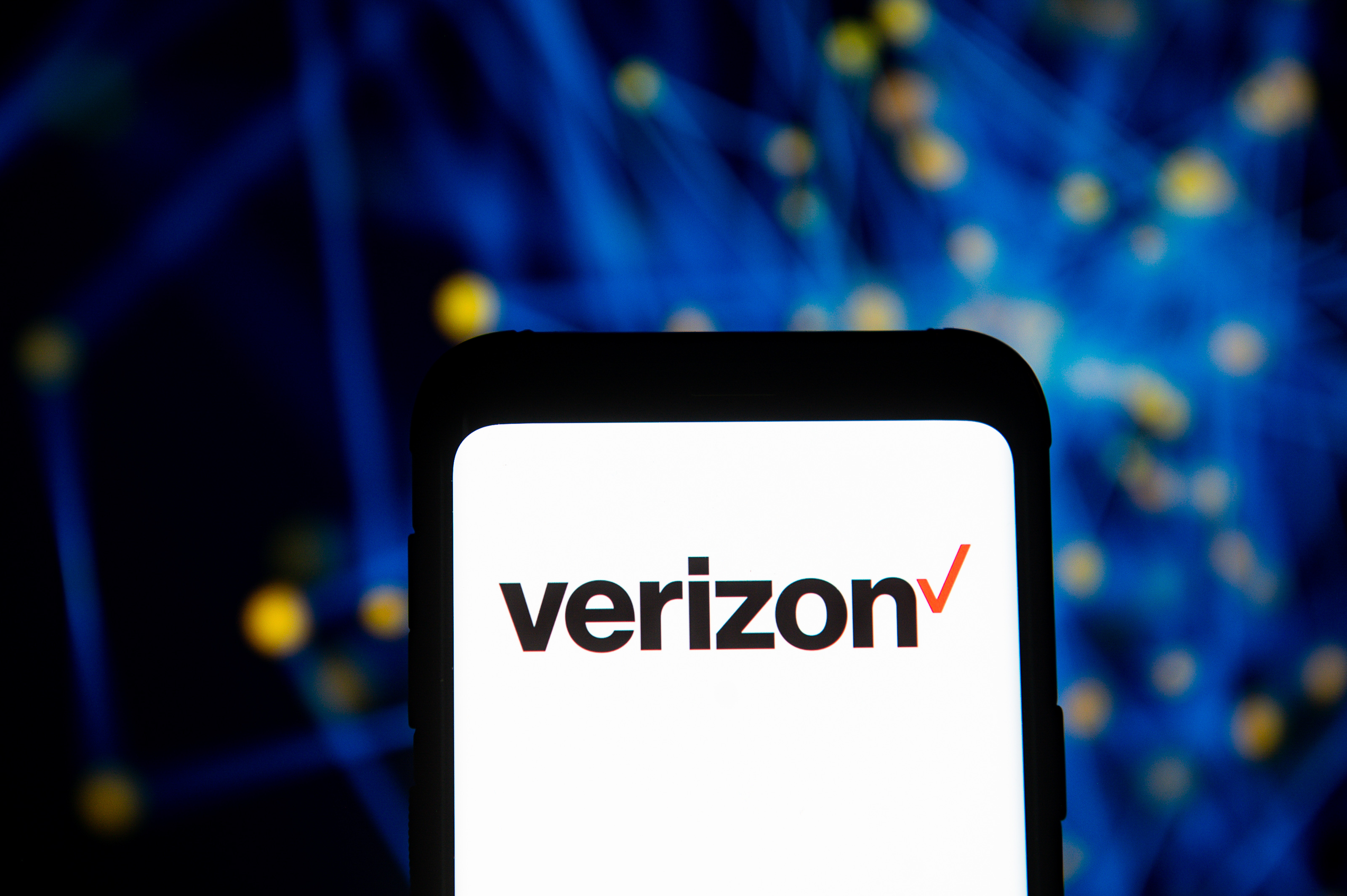 Verizon joins growing list of companies pulling ads from Facebook thumbnail